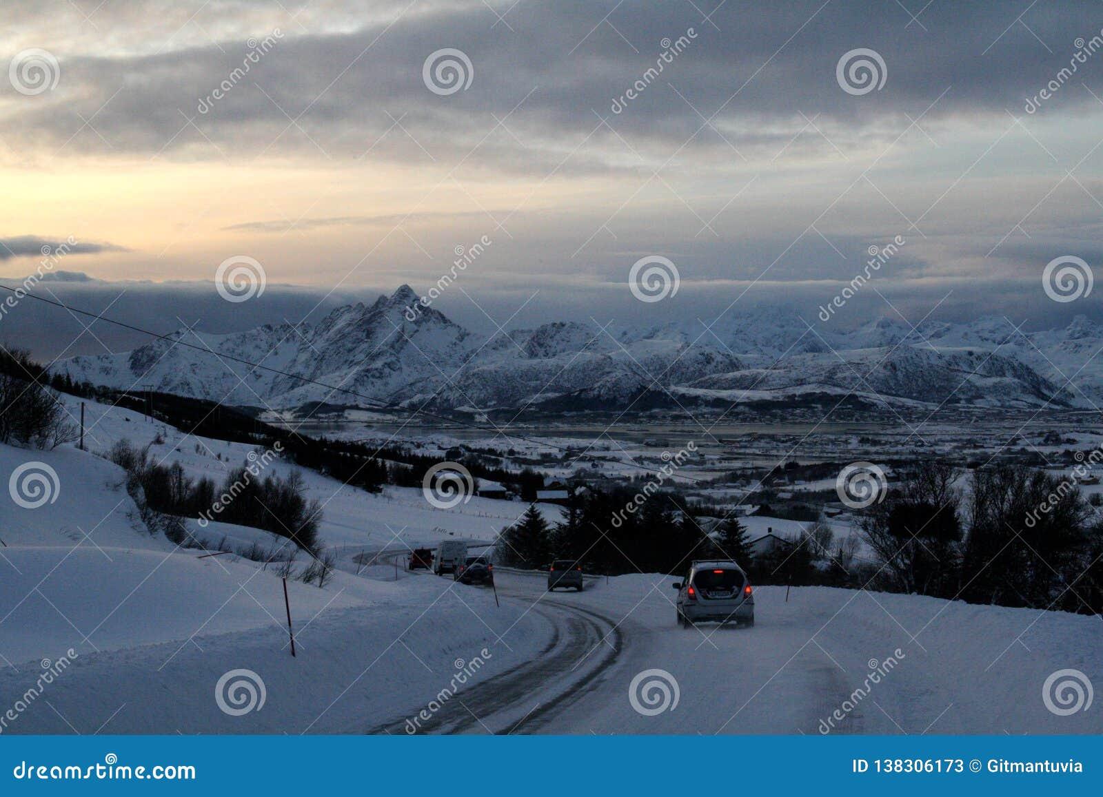 Samochodowa jazda w przód natura przy Lofoten wyspami Norwegia