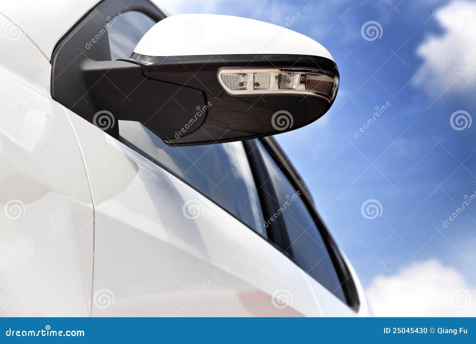 Samochodowego lustra strona