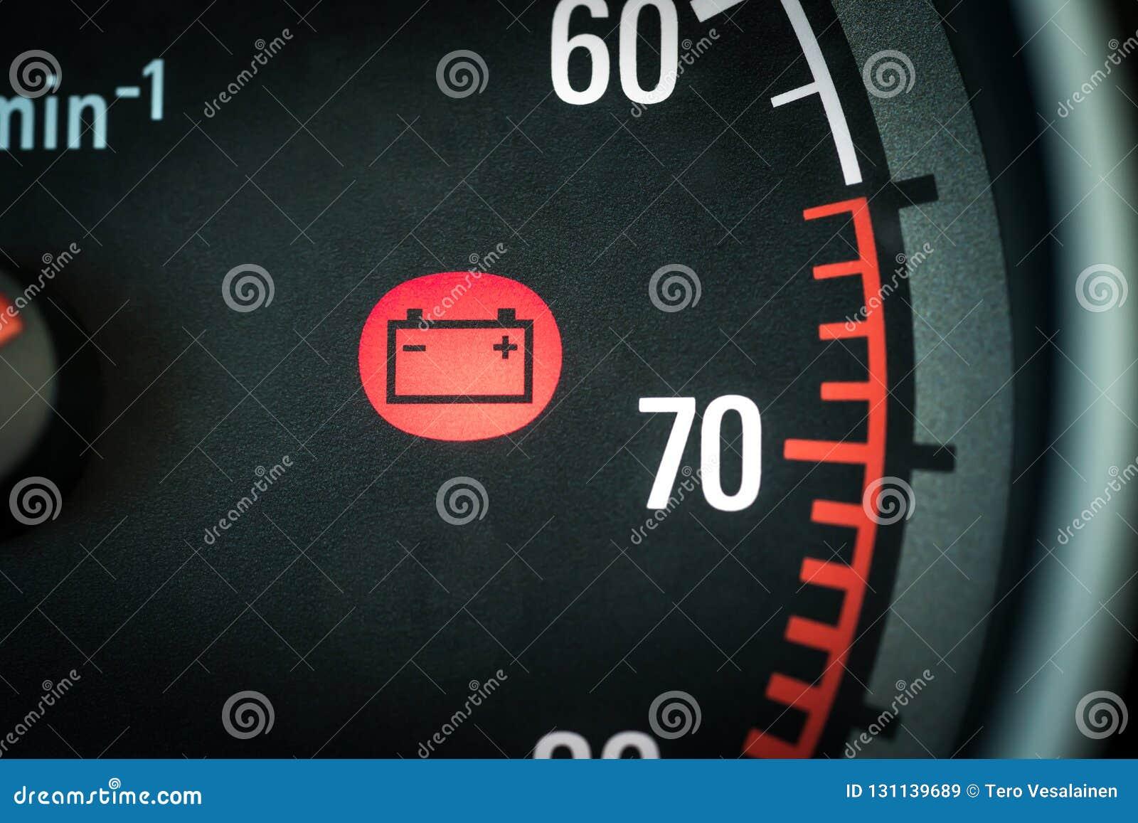 Samochodowej baterii światło w desce rozdzielczej ostrzega o problemach Pojazdu panel z czerwoną wskaźnik elektryczności ikoną i
