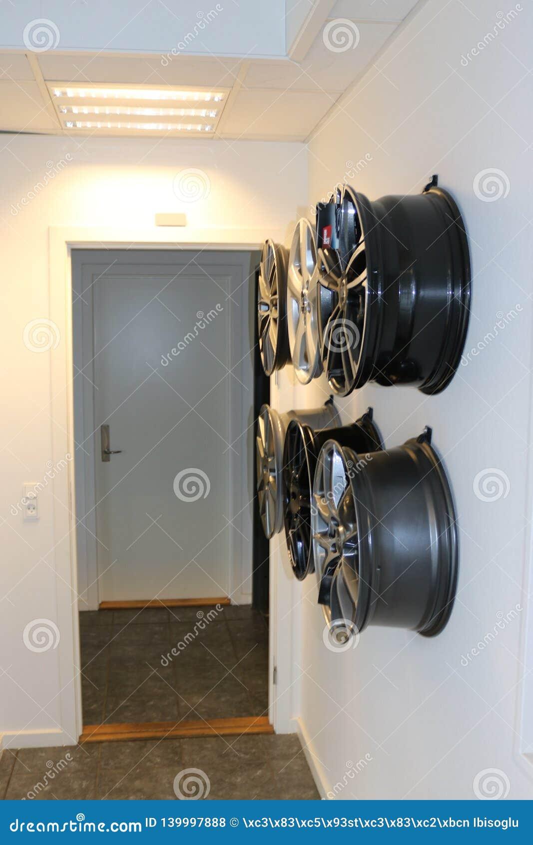 Samochodowi koła wiesza na ścianie