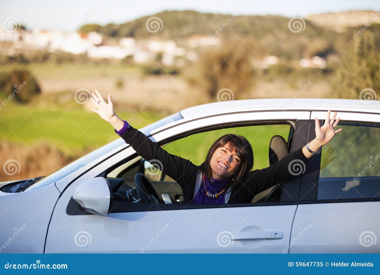 Samochodowy jeżdżenie jej nowa kobieta