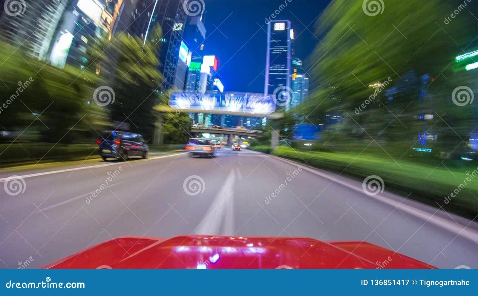 Samochodowy jeżdżenie na ulicie przy wysokich prędkościach, dogonienie inni samochody