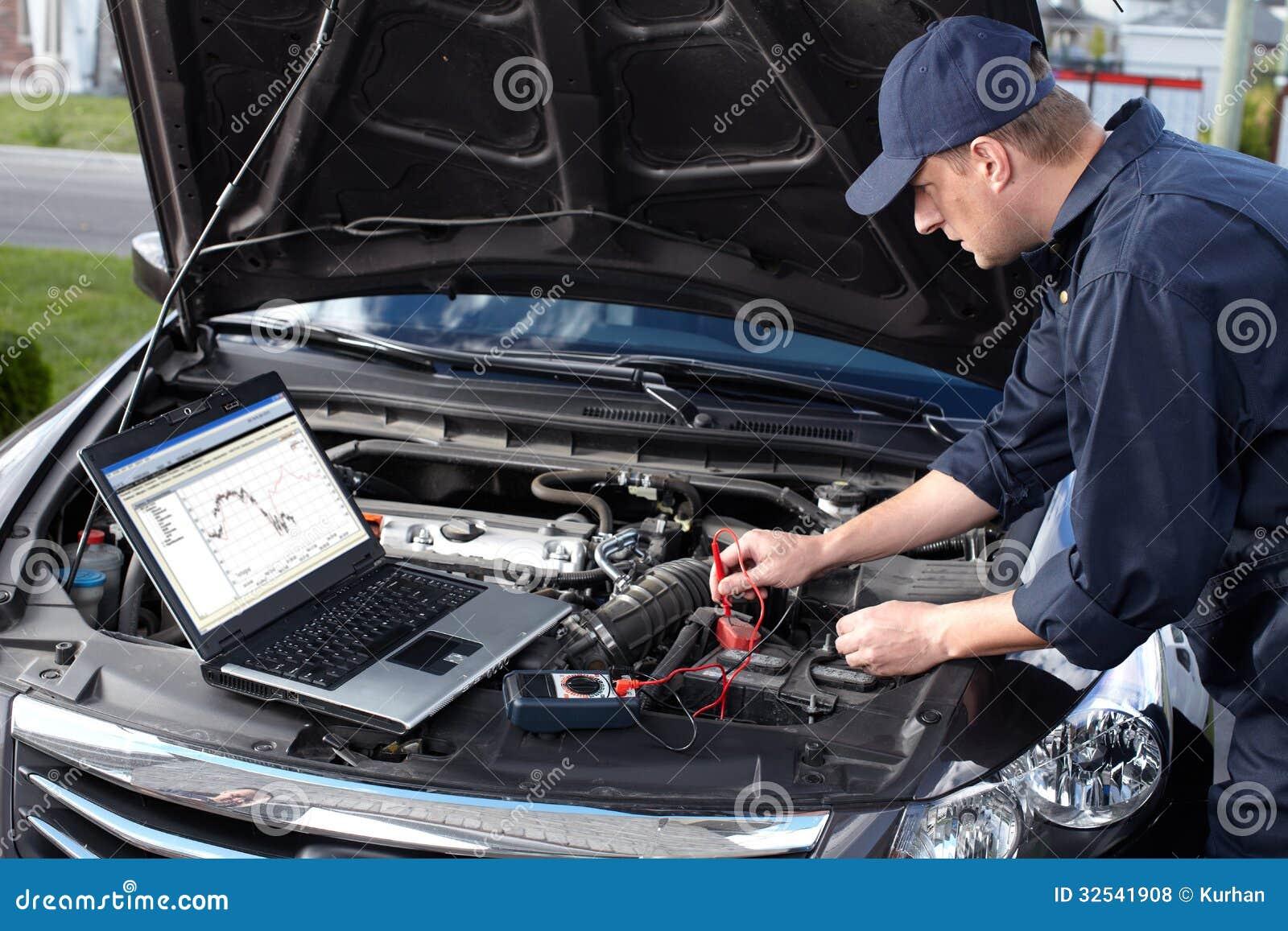Samochodowy mechanik pracuje w auto remontowej usługa.