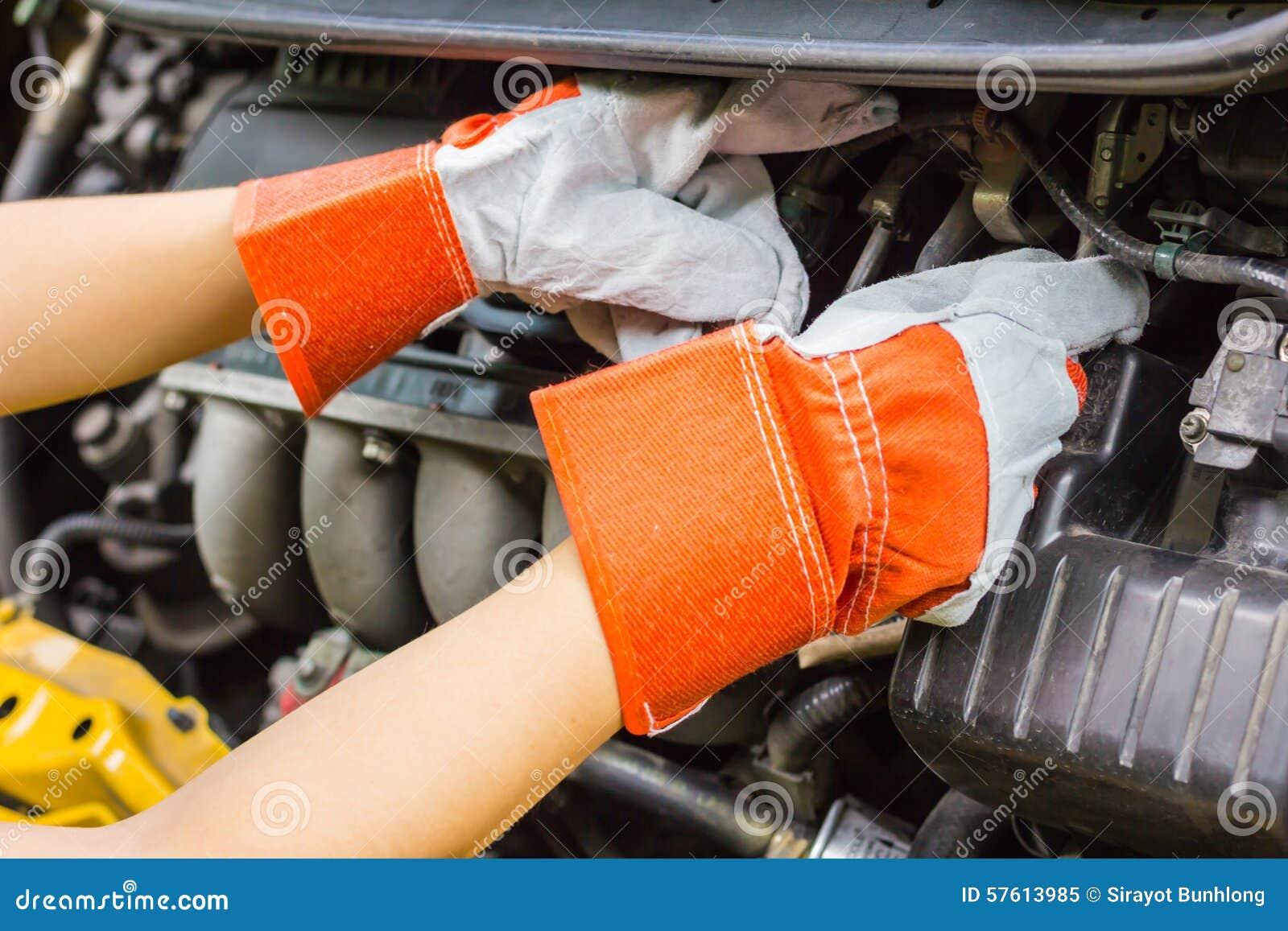 Samochodowy mechanik w jego remontowego sklepu pozyci obok samochodu - zakończenie