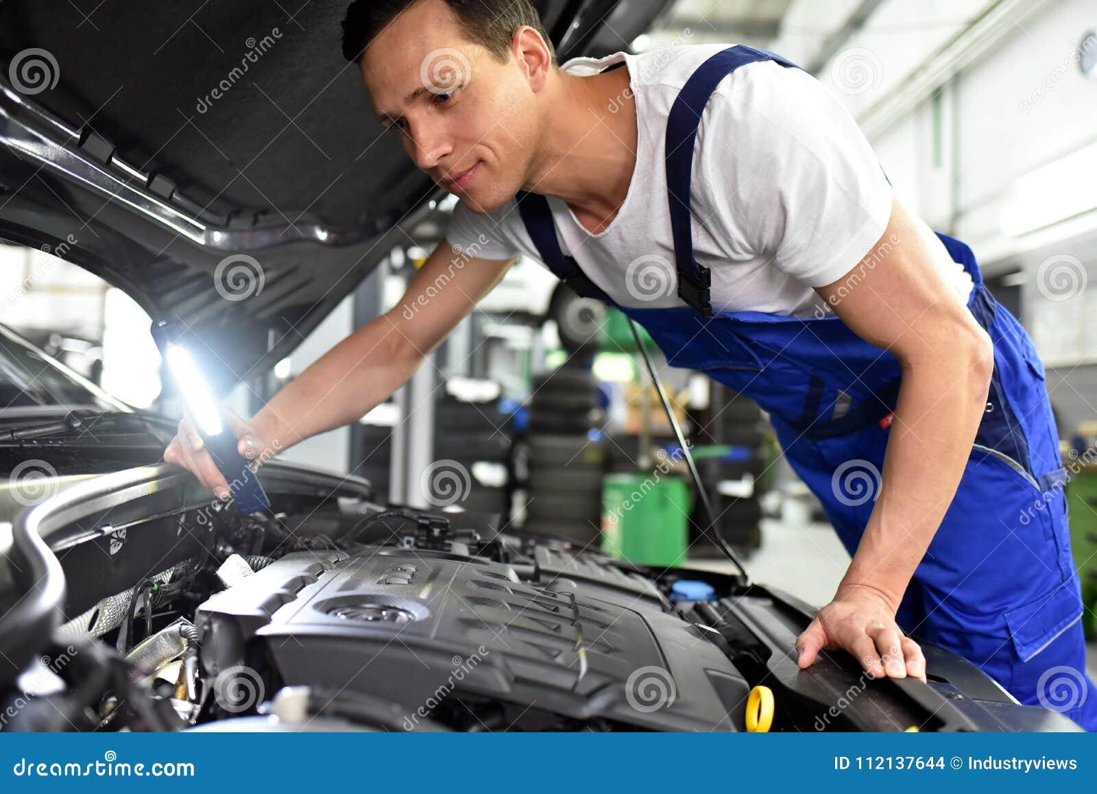 Samochodowy mechanik w warsztacie - silnik diagnoza na ve i naprawa