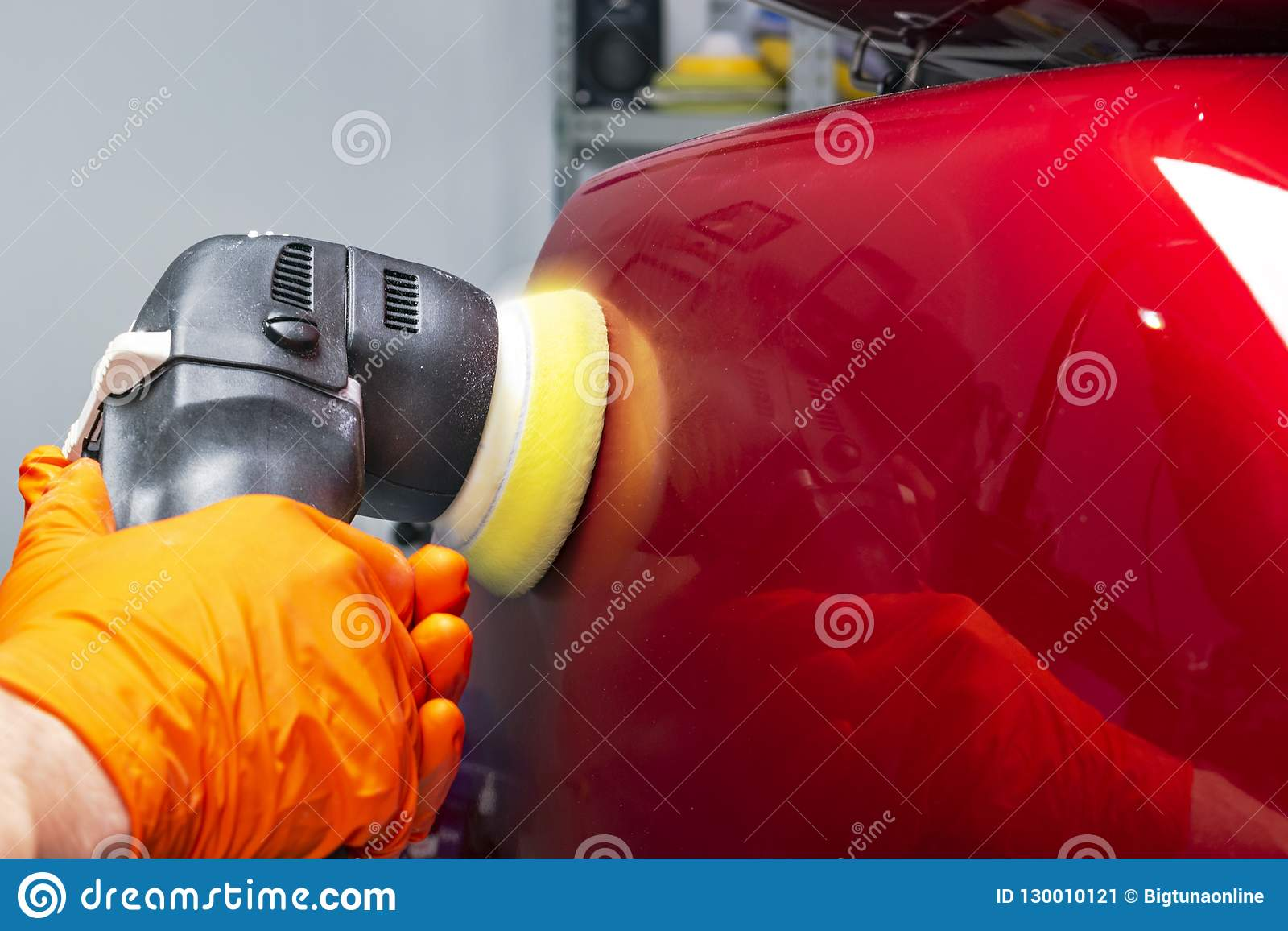 Samochodowy połysku wosku pracownik wręcza stosować ochronnej taśmy przed polerować Buffing samochód i polerujący Samochodowy wys