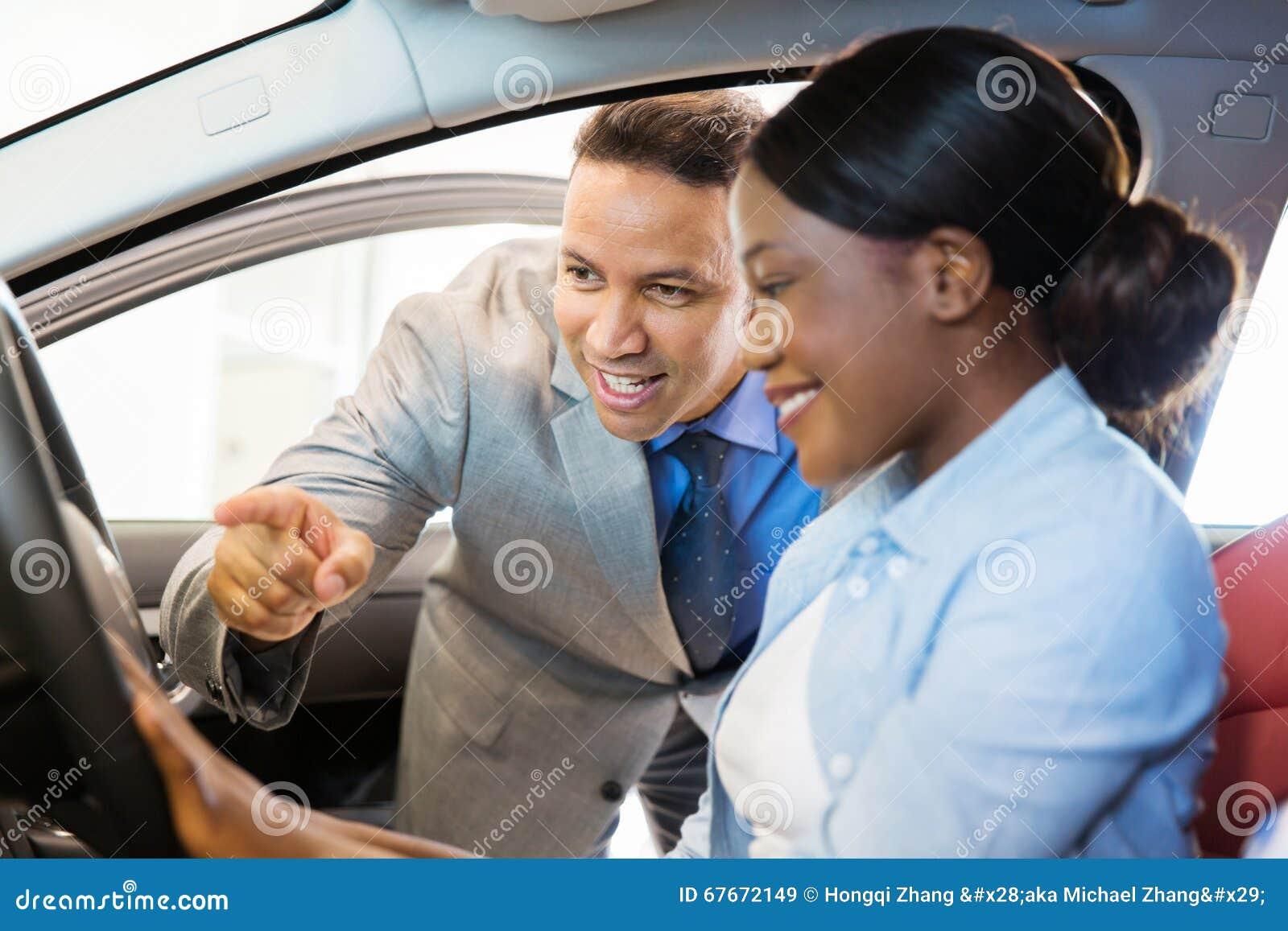 Samochodowy sprzedaż konsultanta klient