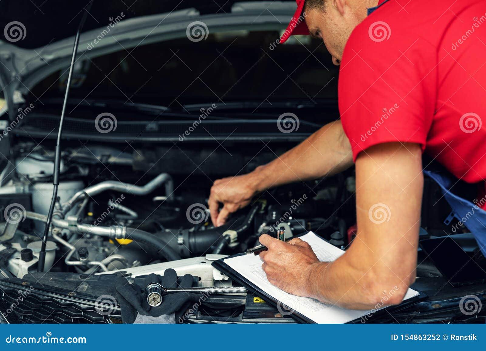 Samochodowy utrzymanie - mechanika czek silnik i pisać w liście kontrolnej