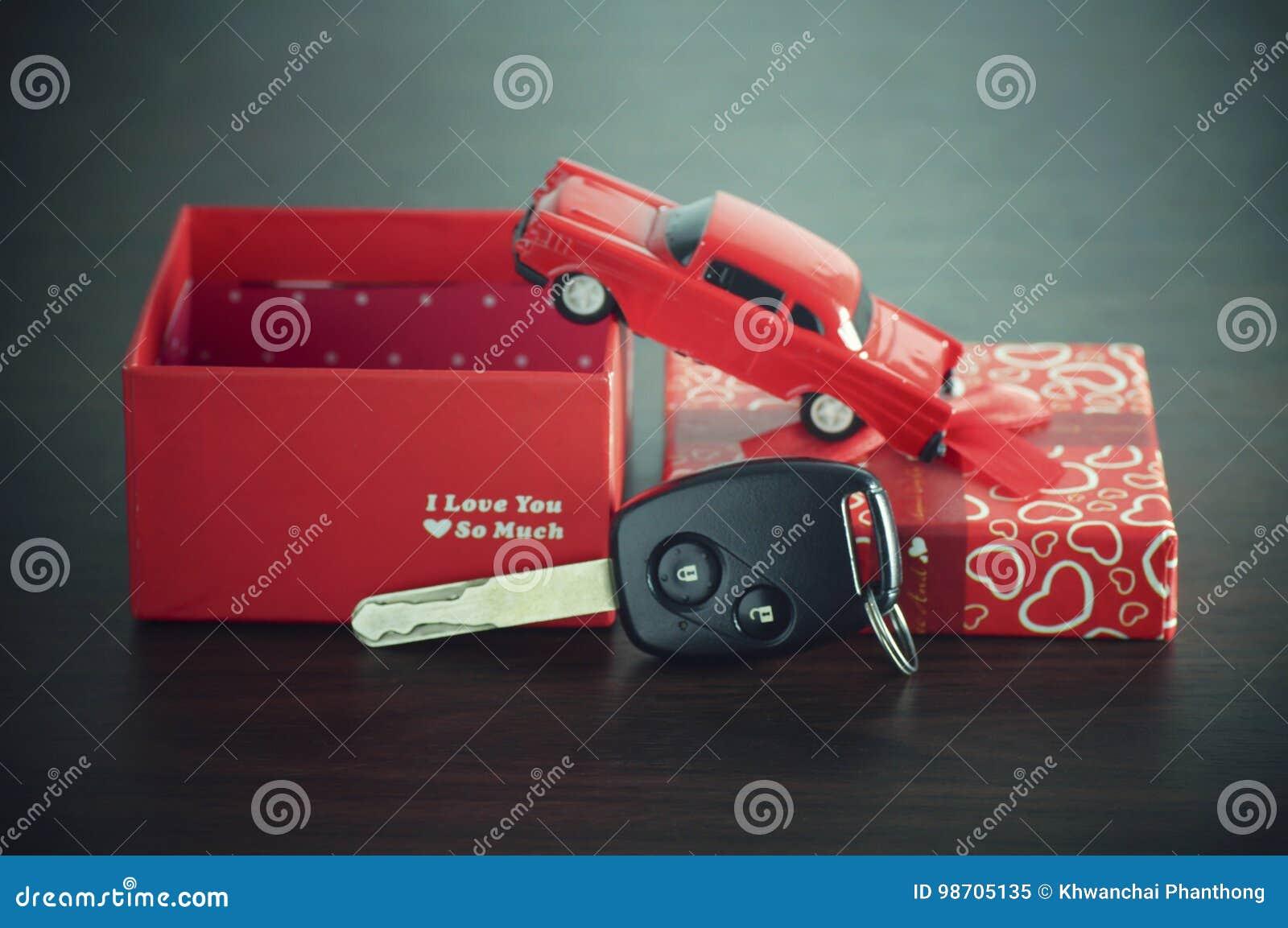 Samochodu klucz na papierowym pudełku z czerwonym tasiemkowym łękiem
