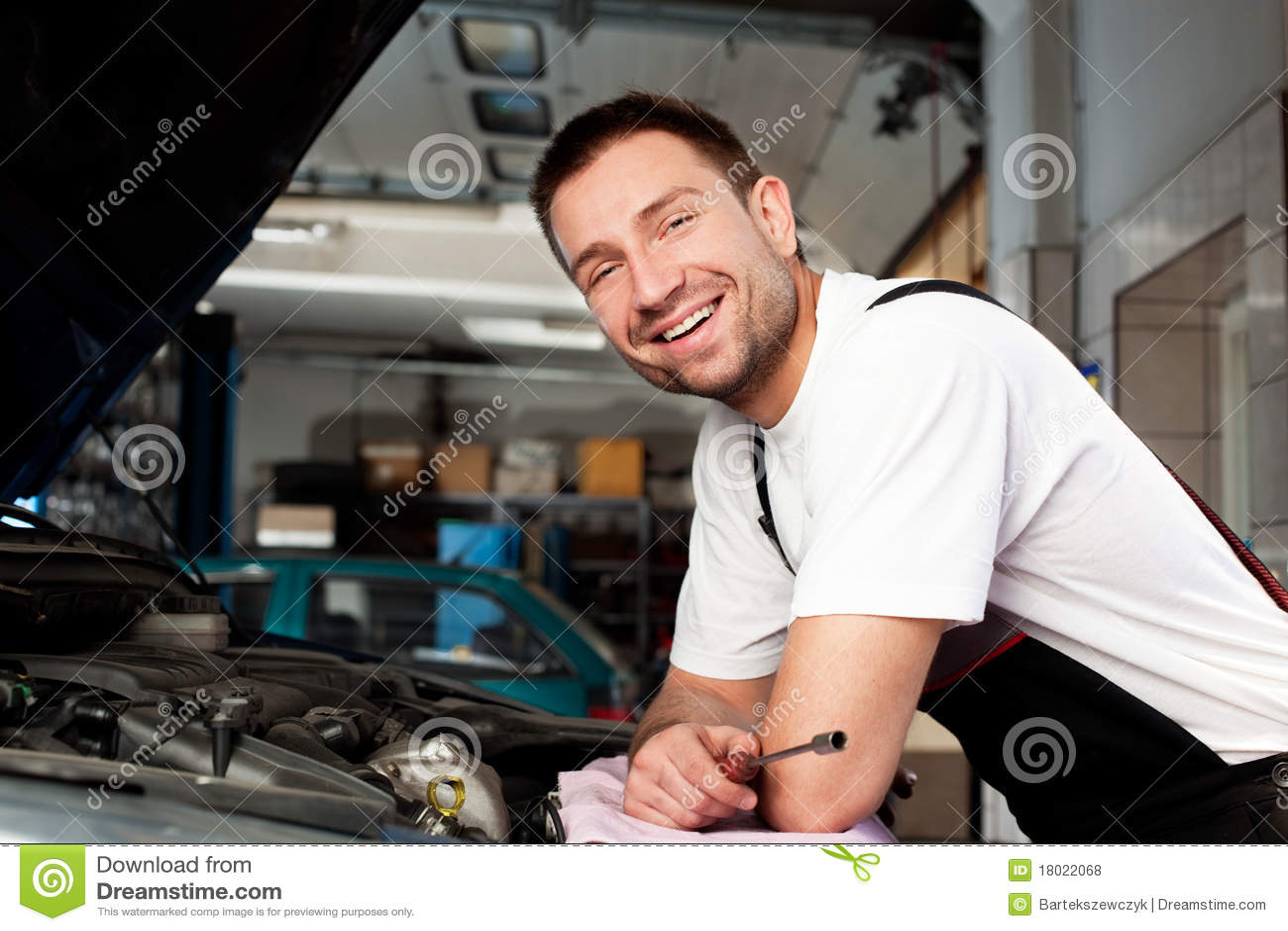 Samochodu mechanik zasadzony samochodowy