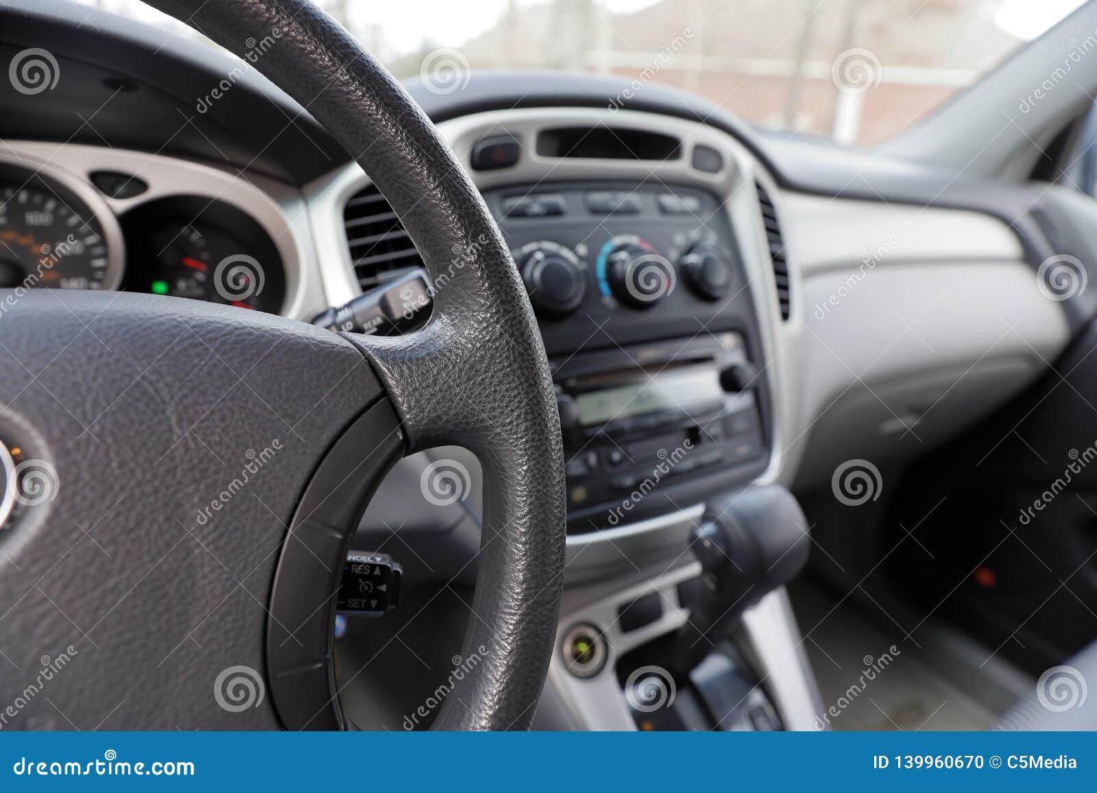 Samochodu wnętrze z kierownicą, przekładni przesunięciem i kontrolami,