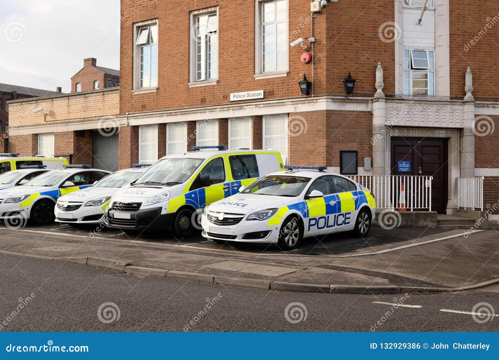 Samochody policyjni na zewnątrz komendy policji, UK