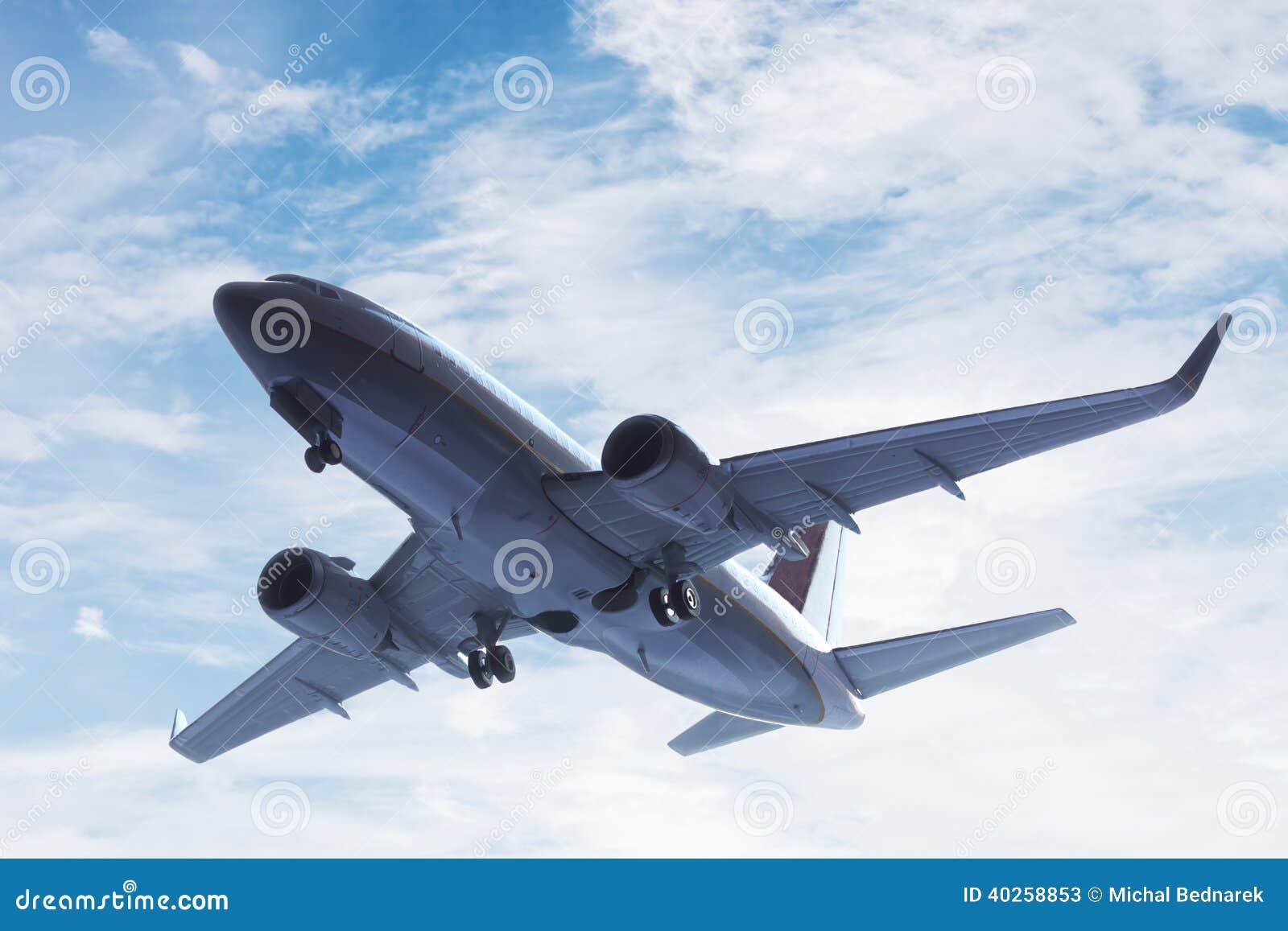 Samolot bierze daleko. Duży pasażera lub ładunku samolot, linii lotniczej latanie. Transport