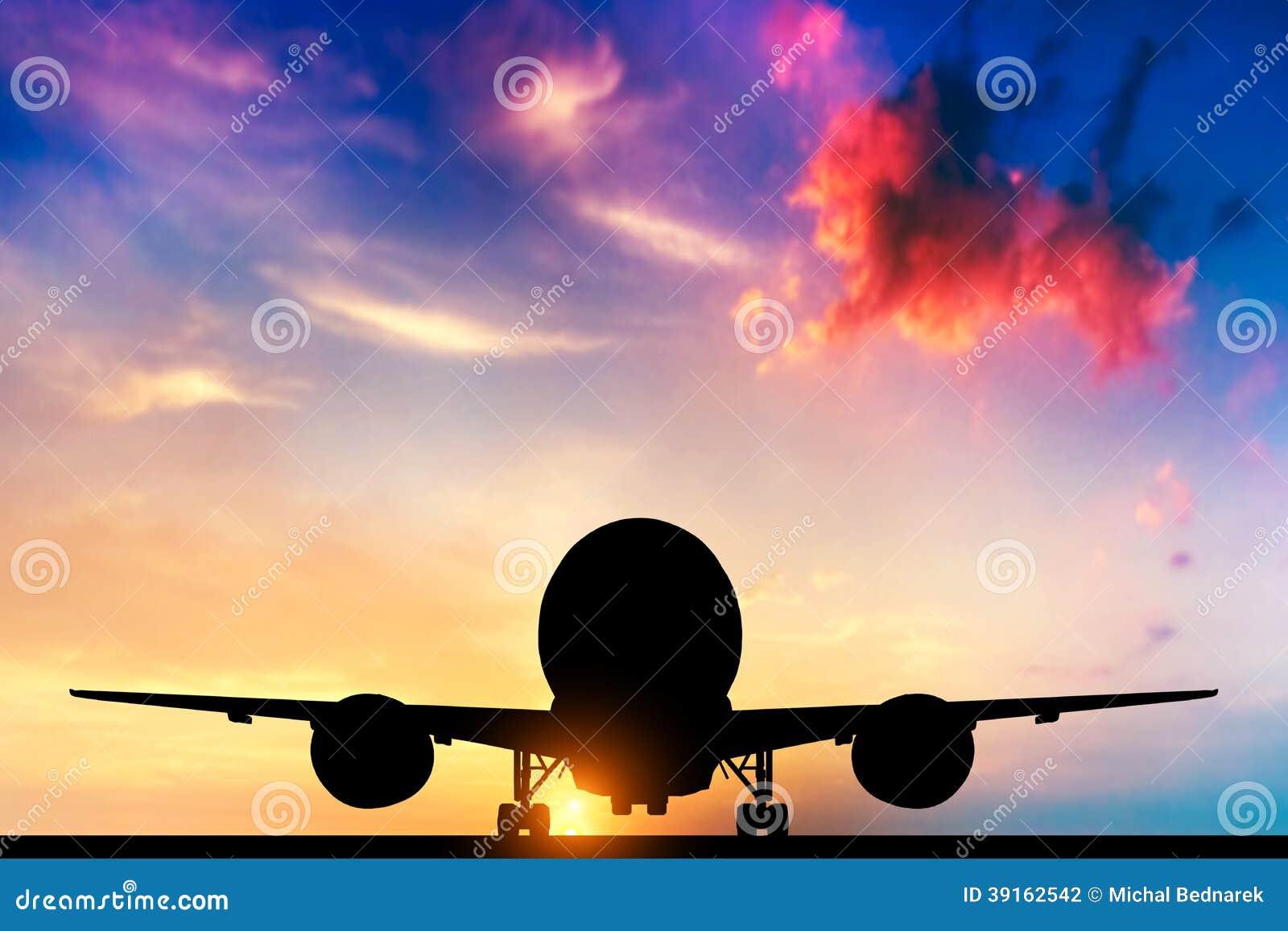 Samolot bierze daleko przy zmierzchem