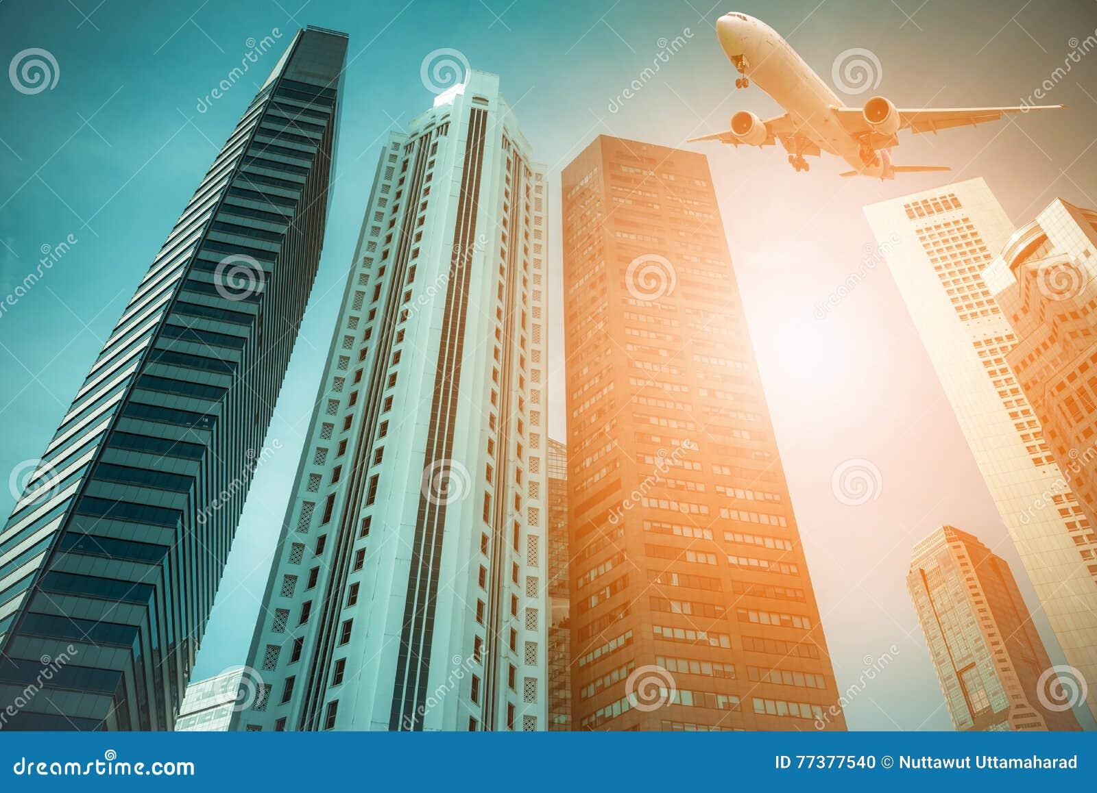 Samolot lata nad nowożytnymi miasto budynkami w Singapur