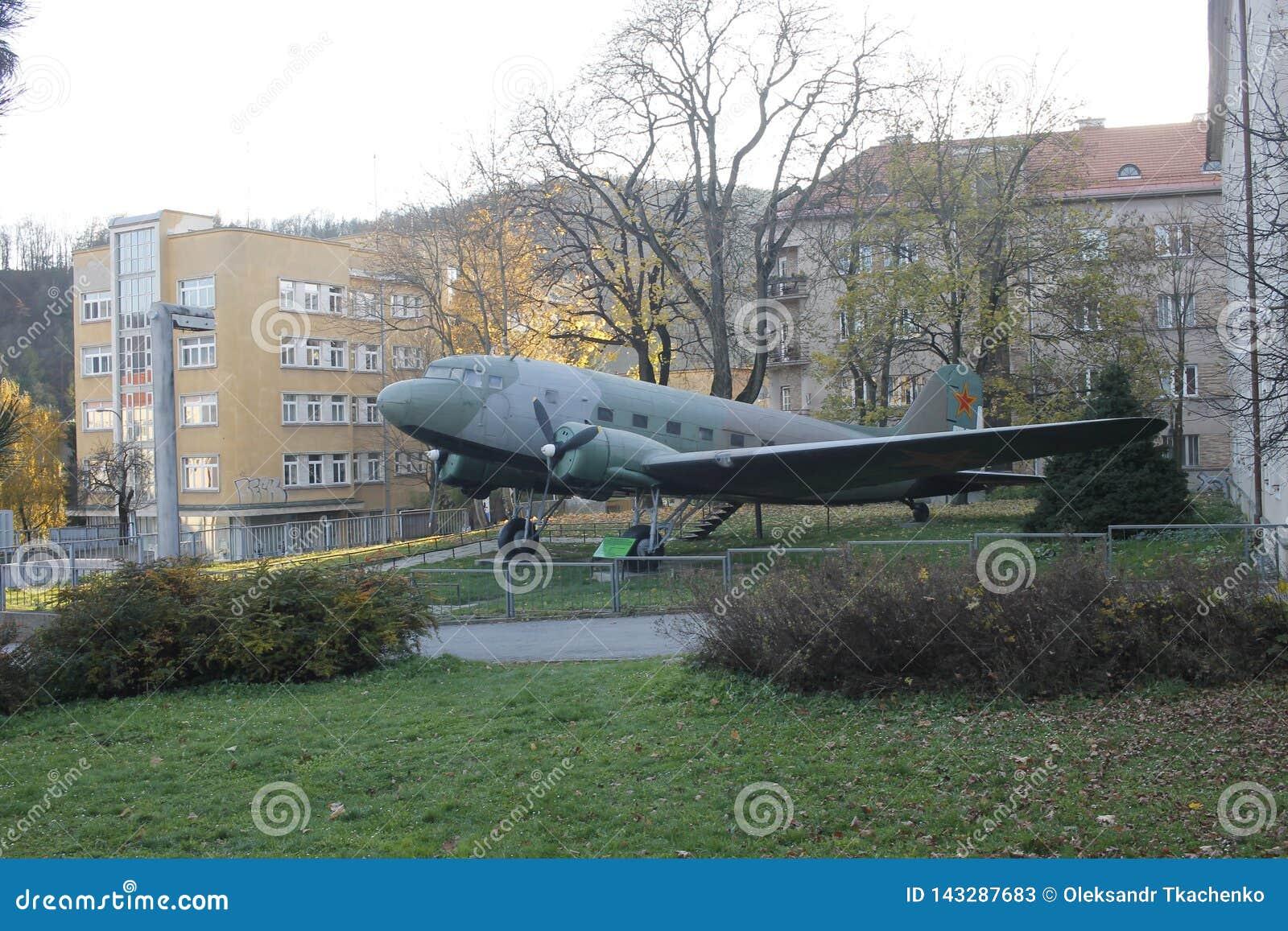 Samolot Li-2 przy na wolnym powietrzu muzeum SNP