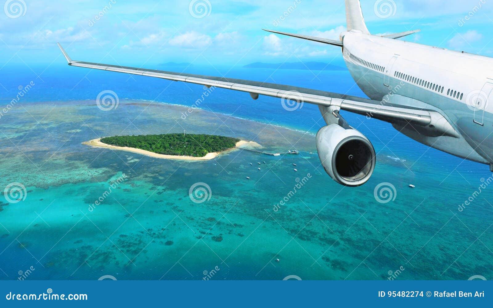 Samolot Pasażerski Lata Nad Tropikalną wyspą