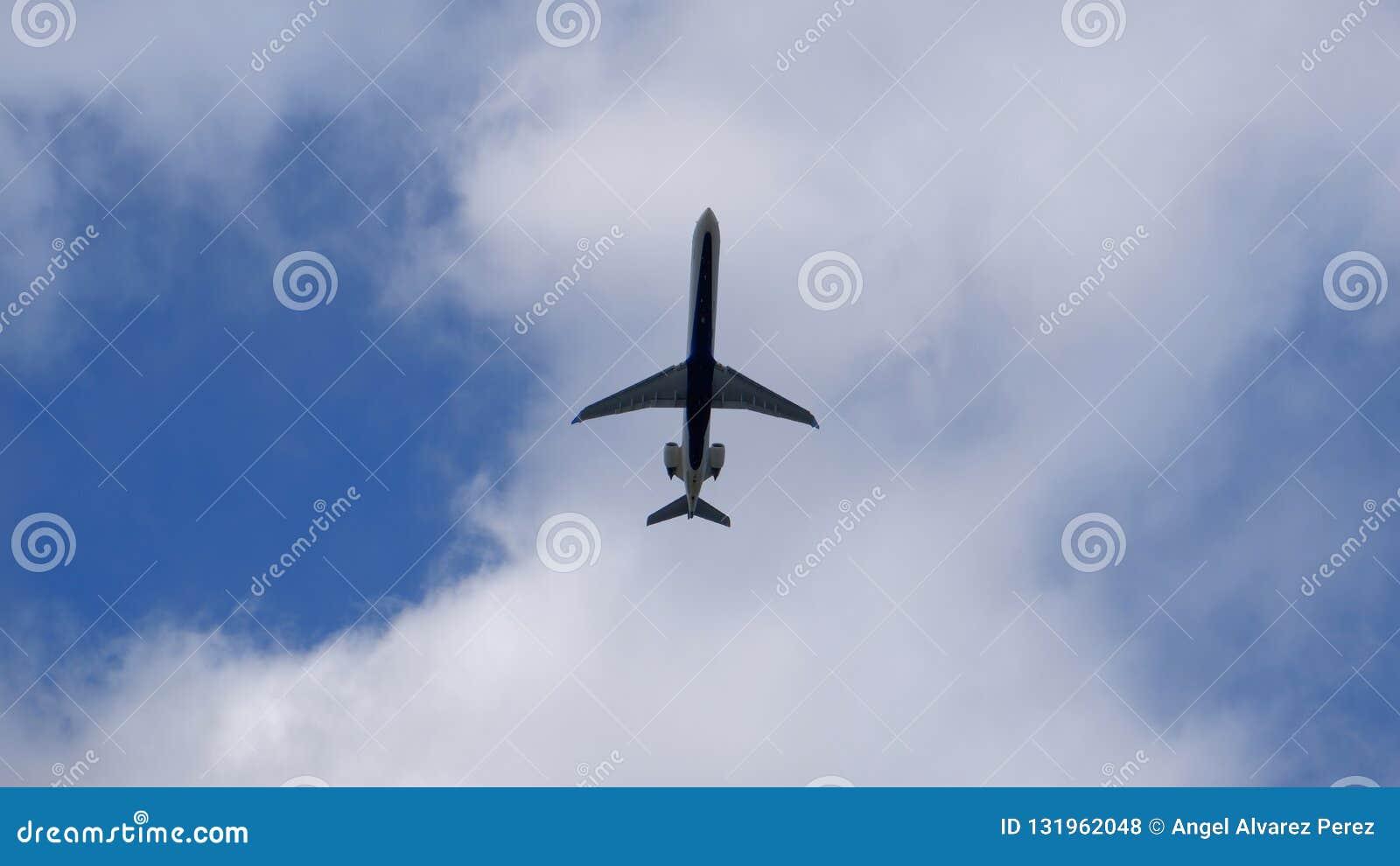 Samolot pod chmurą