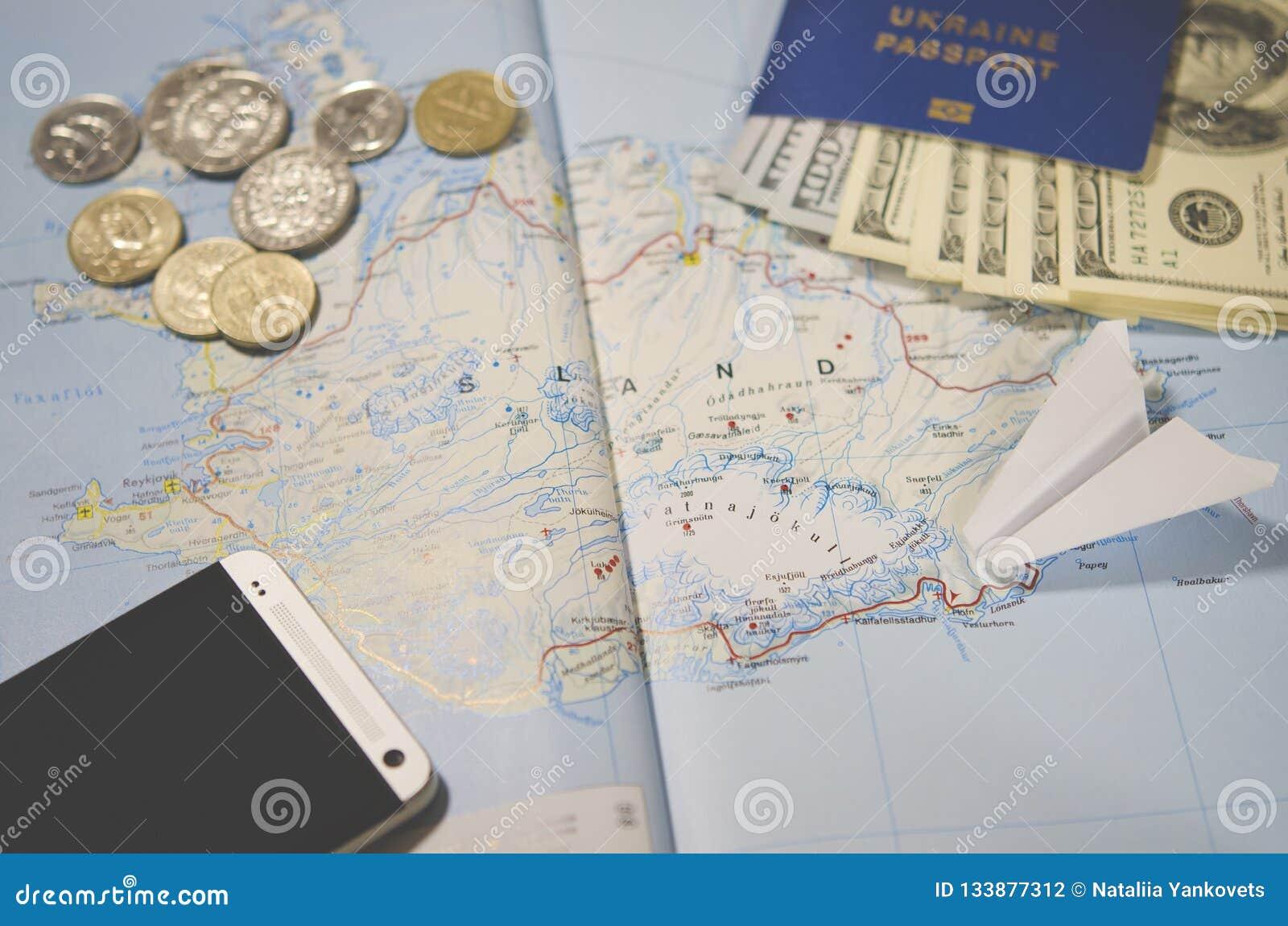 Samolot, smartphone, biometryczny paszport, dolary, monety i karty kredytowe, kłamamy na mapie