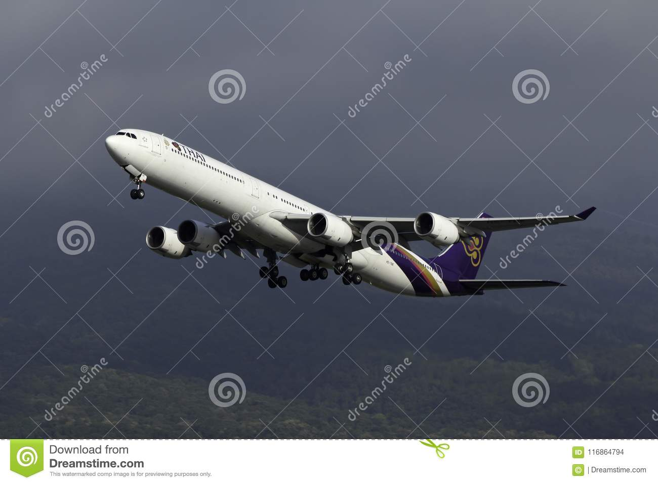 Samolot Thai Airways International Aerobus A340 Bierze daleko
