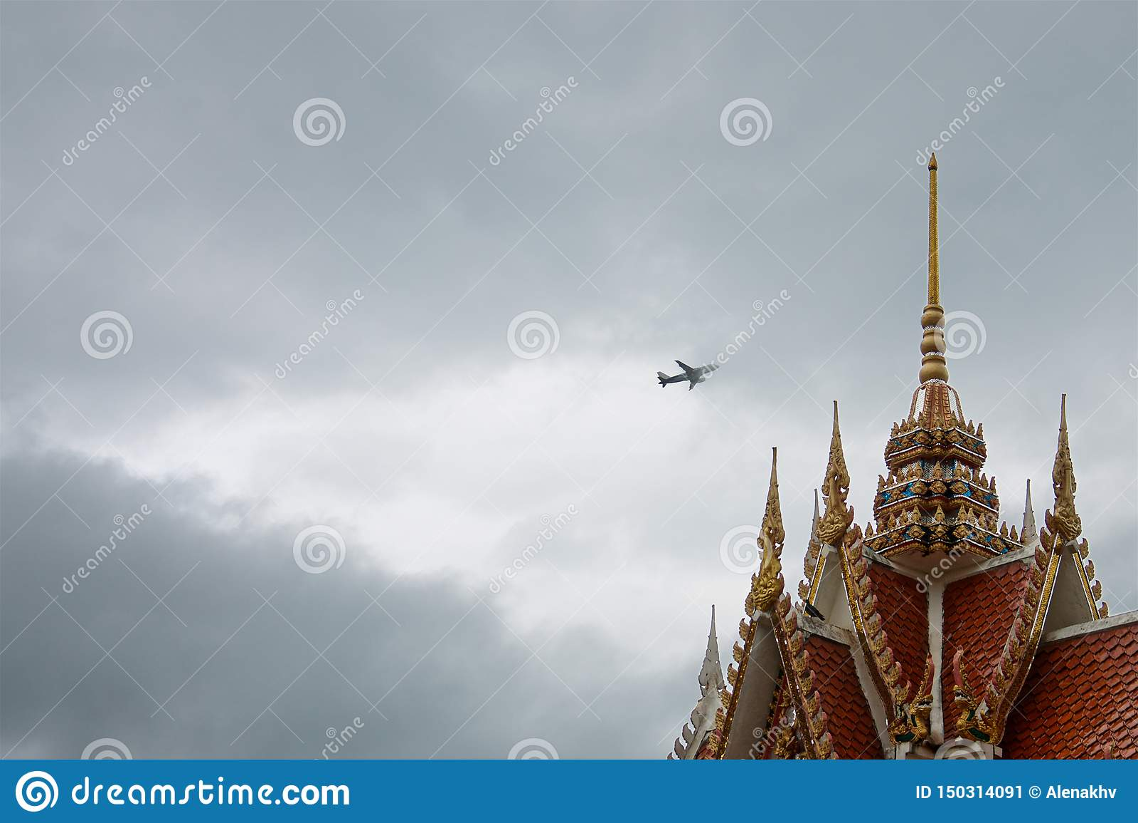 Samolot w burz chmurach nad dachem kolorowa stara Tajlandzka świątynia