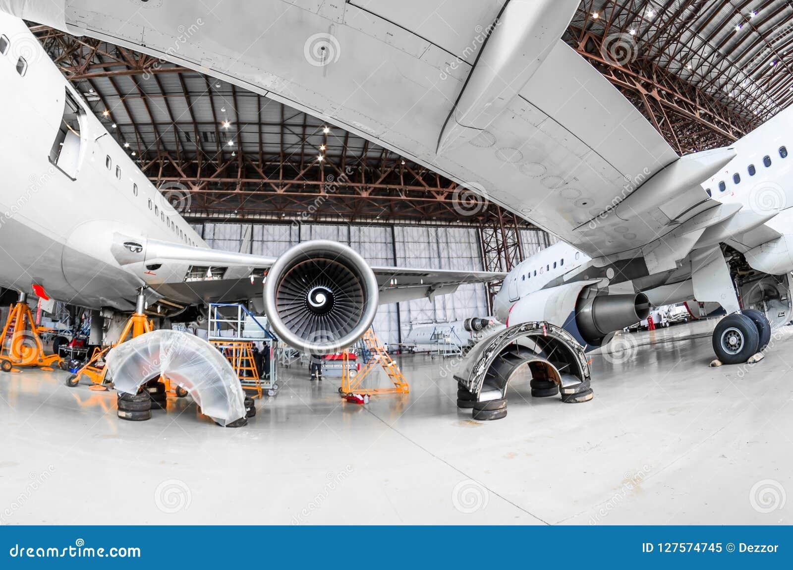 Samolot w hangar naprawie utrzymaniu i, widok spod skrzydła samolot