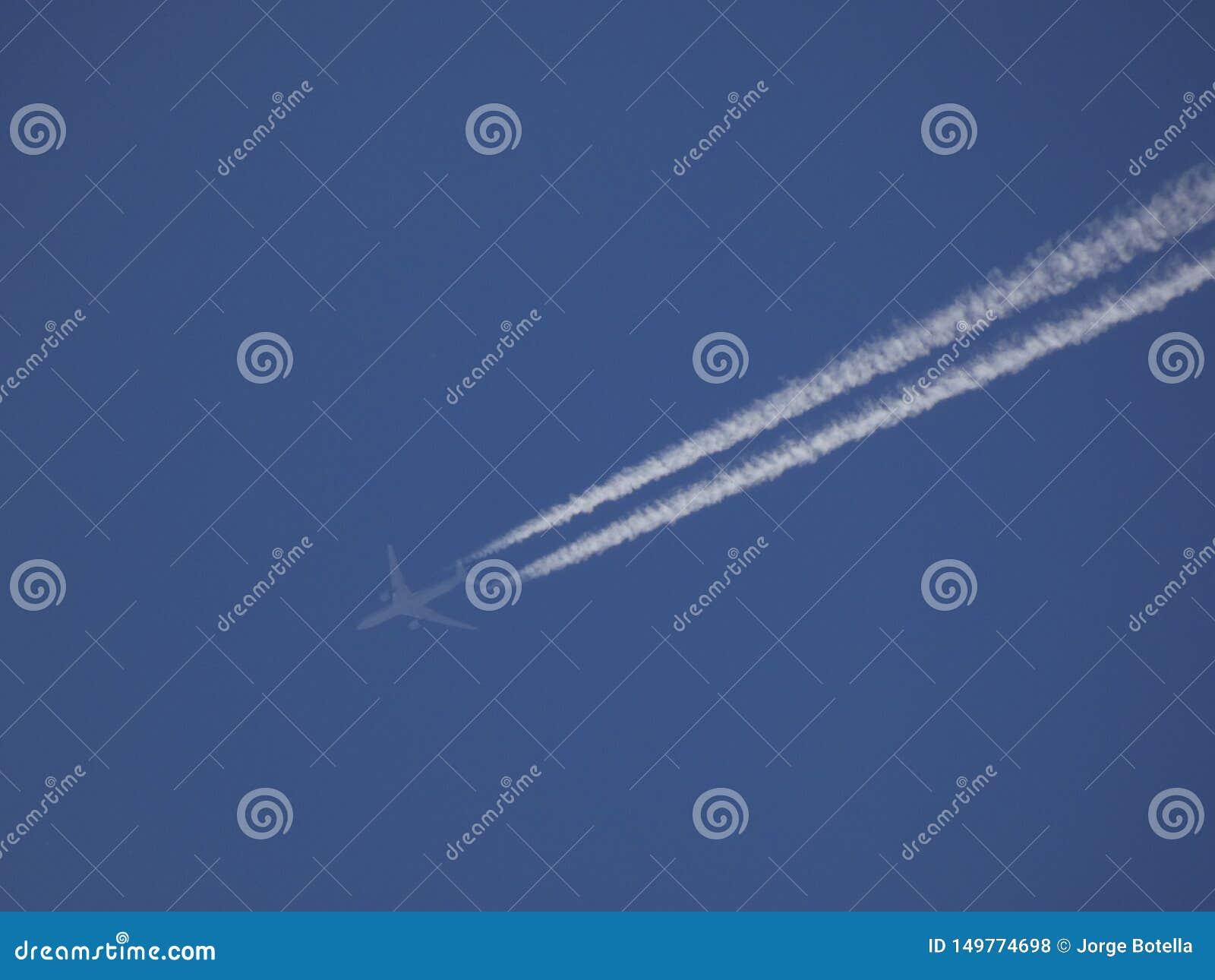 Samolot w niebieskim niebie