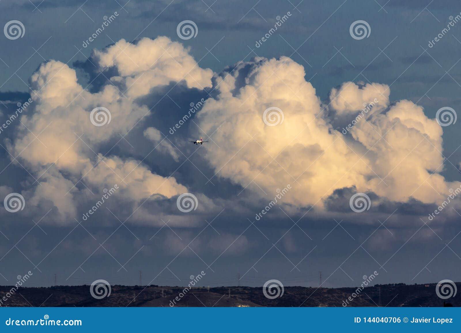 Samolot z tłem chmury