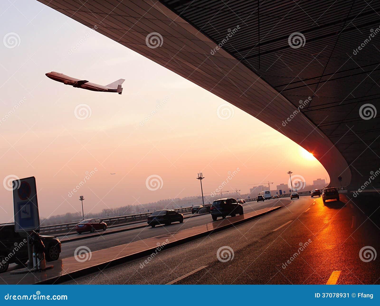 Download Samolotowa lewica lotnisko obraz stock. Obraz złożonej z łatwość - 37078931