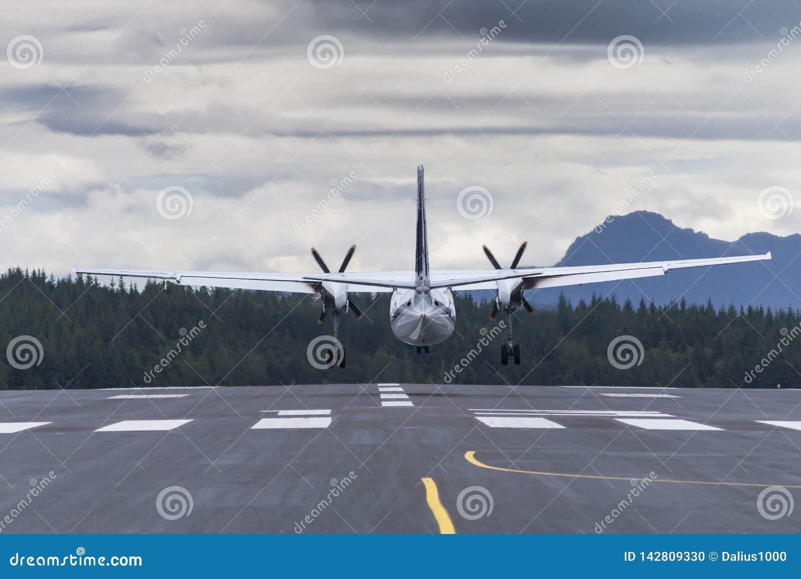 Samolotowy lądowanie na desantowego ścieżka plecy widoku tele obiektywie