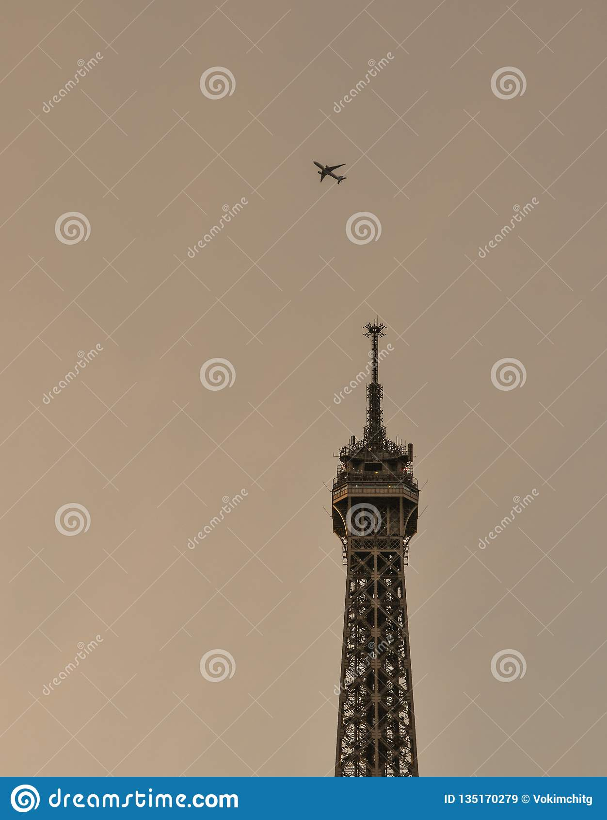 Samolotowy latanie nad wieżą eiflą