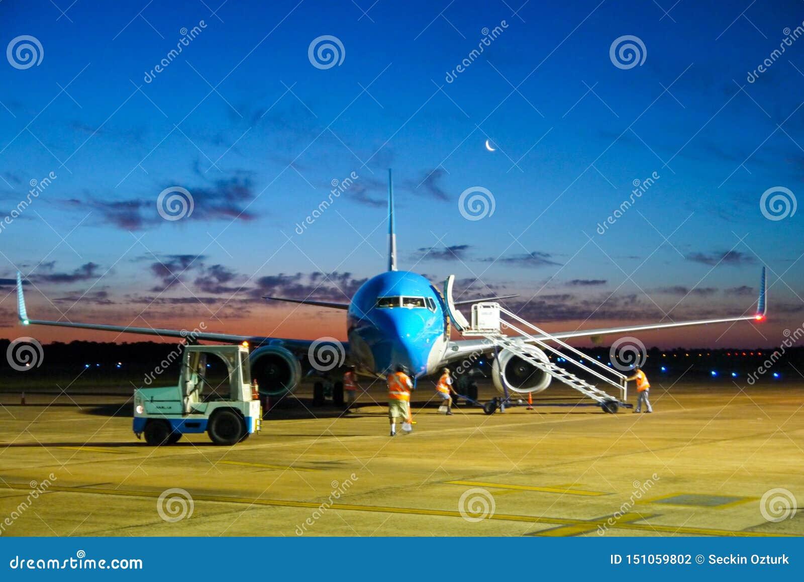 Samolotowy parking przy lotniskiem