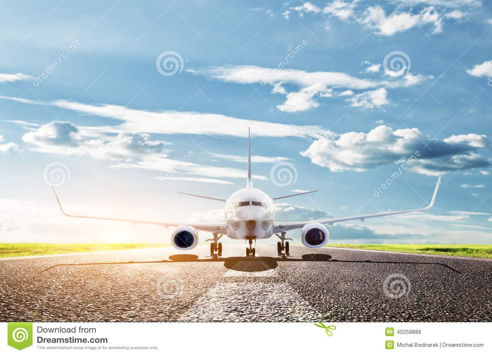 Samolotowy przygotowywający zdejmował. Pasażerski samolot, linia lotnicza. Transport, podróż