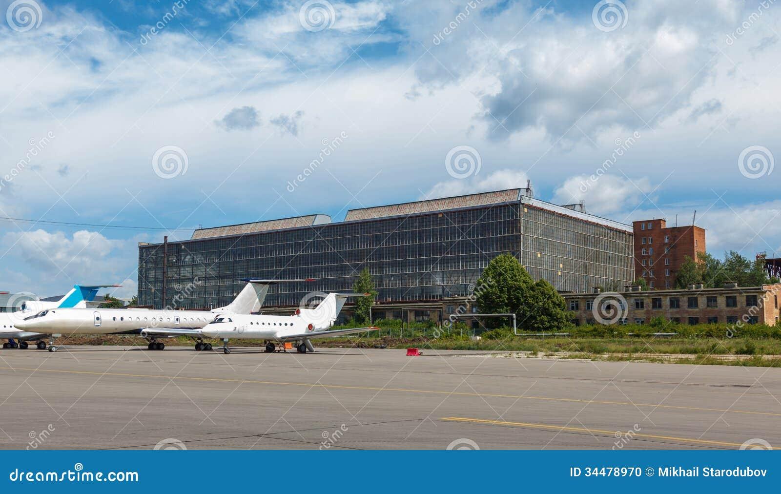 Samolotu hangar z niebieskim niebem