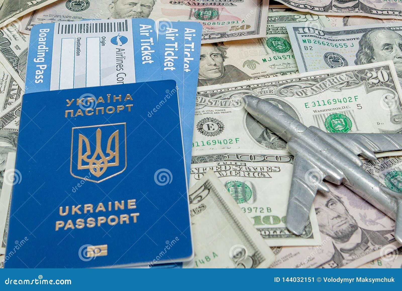 Samolotu, paszporta i linii lotniczej bilety przeciw tłu dolary,