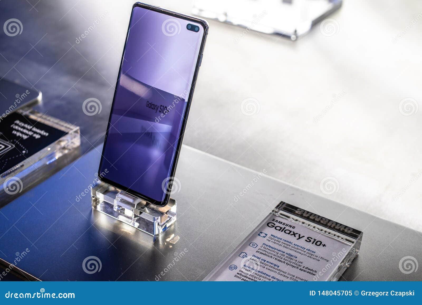 Samsung Galaxy S10+ plus smartphone, presentatieeigenschappen van Samsung S10+ met Android bij Samsung-de toonzaal van het tentoo