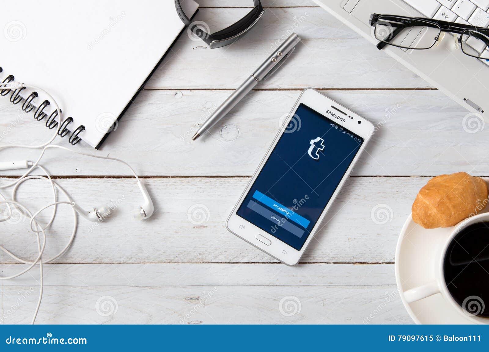 Samsung A5 Mit Tumblr Anwendung Die Auf Schreibtisch Legt