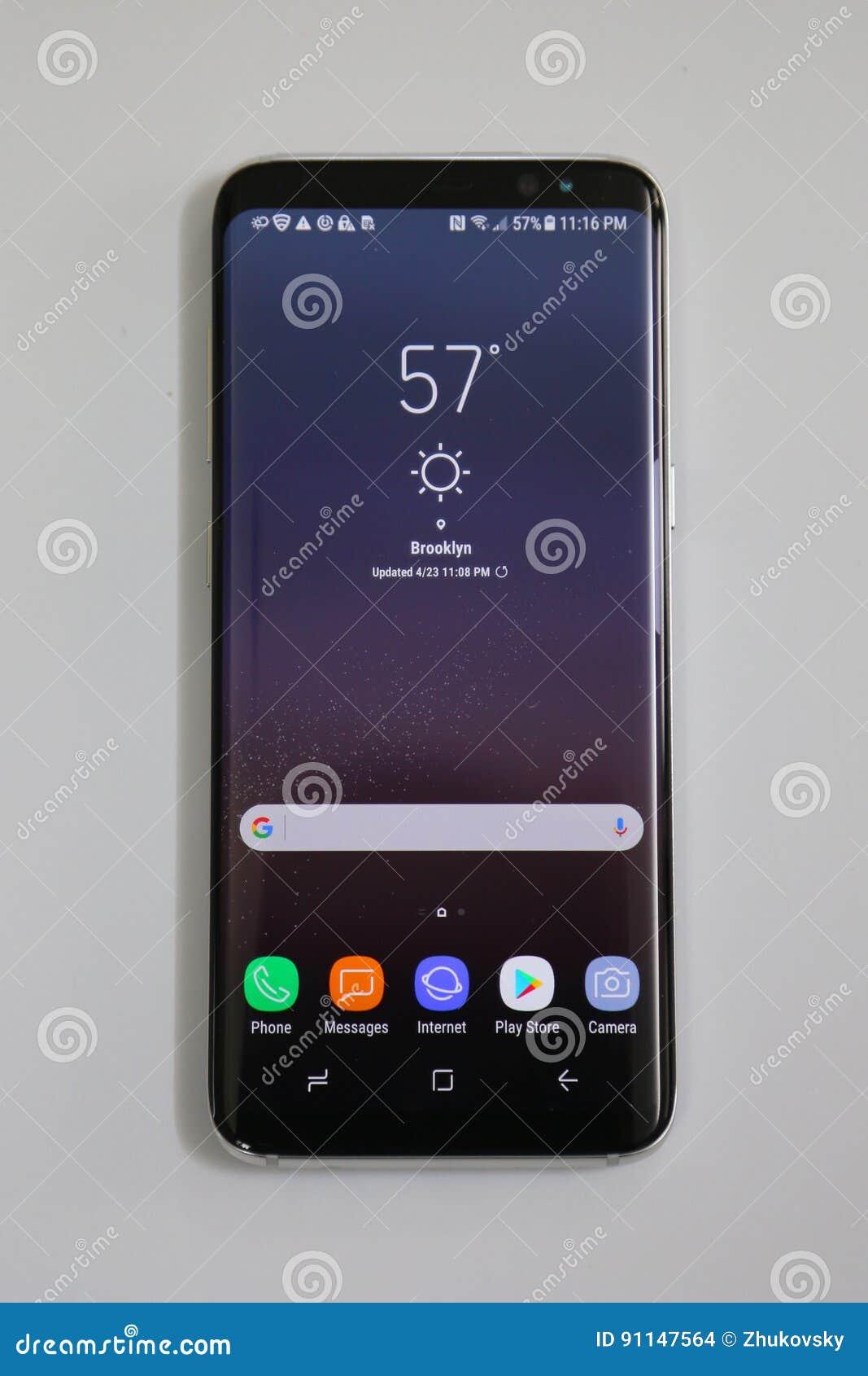 Samsung nyast telefongalax S8 som levereras nu för att försortera kunder