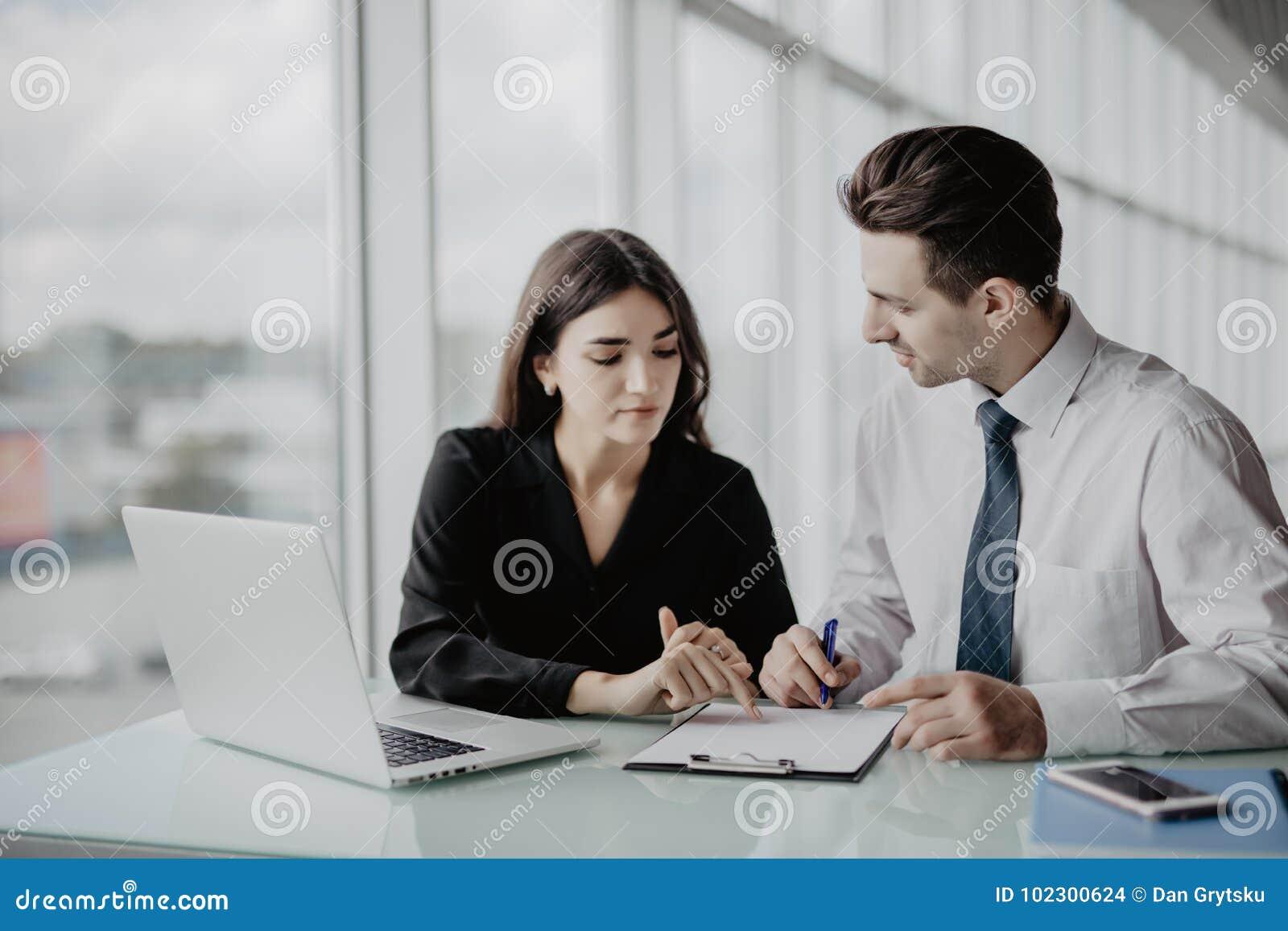 Samtal för möte för bärbar dator för skrivbord för affärsaffärsmancmputer le till att använda kvinnan Två professionell som under