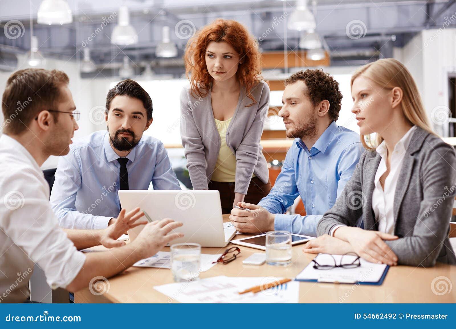 Samtal för möte för bärbar dator för skrivbord för affärsaffärsmancmputer le till att använda kvinnan