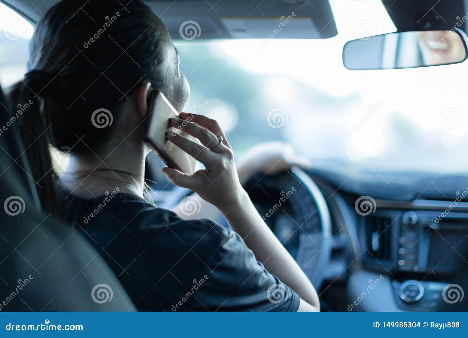 Samtal p? telefonen, medan k?ra Smsa och k?rning F?rstr?dd chauff?r bak hjulet