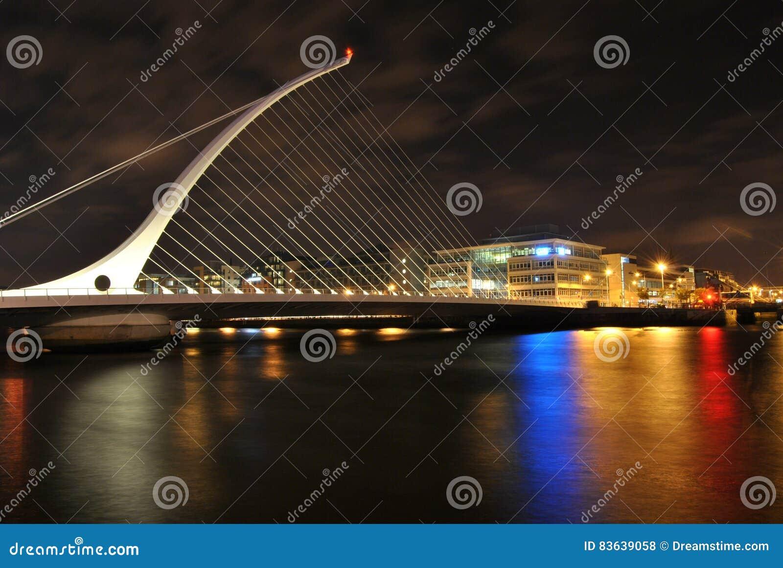 Samuel ` s Beckett most przy nocą, błyszczy światła kolory w wodzie, Dublin, Irlandia