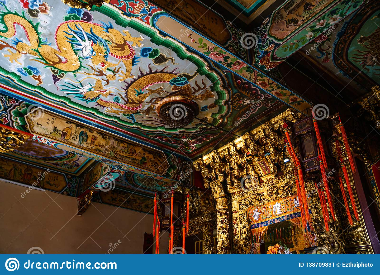 Samut Prakan, Tailandia - febrero, 3, 2019: Techo chino del arte del tradintional hermoso en la capilla Xian Dai Lo Tian Gong, un