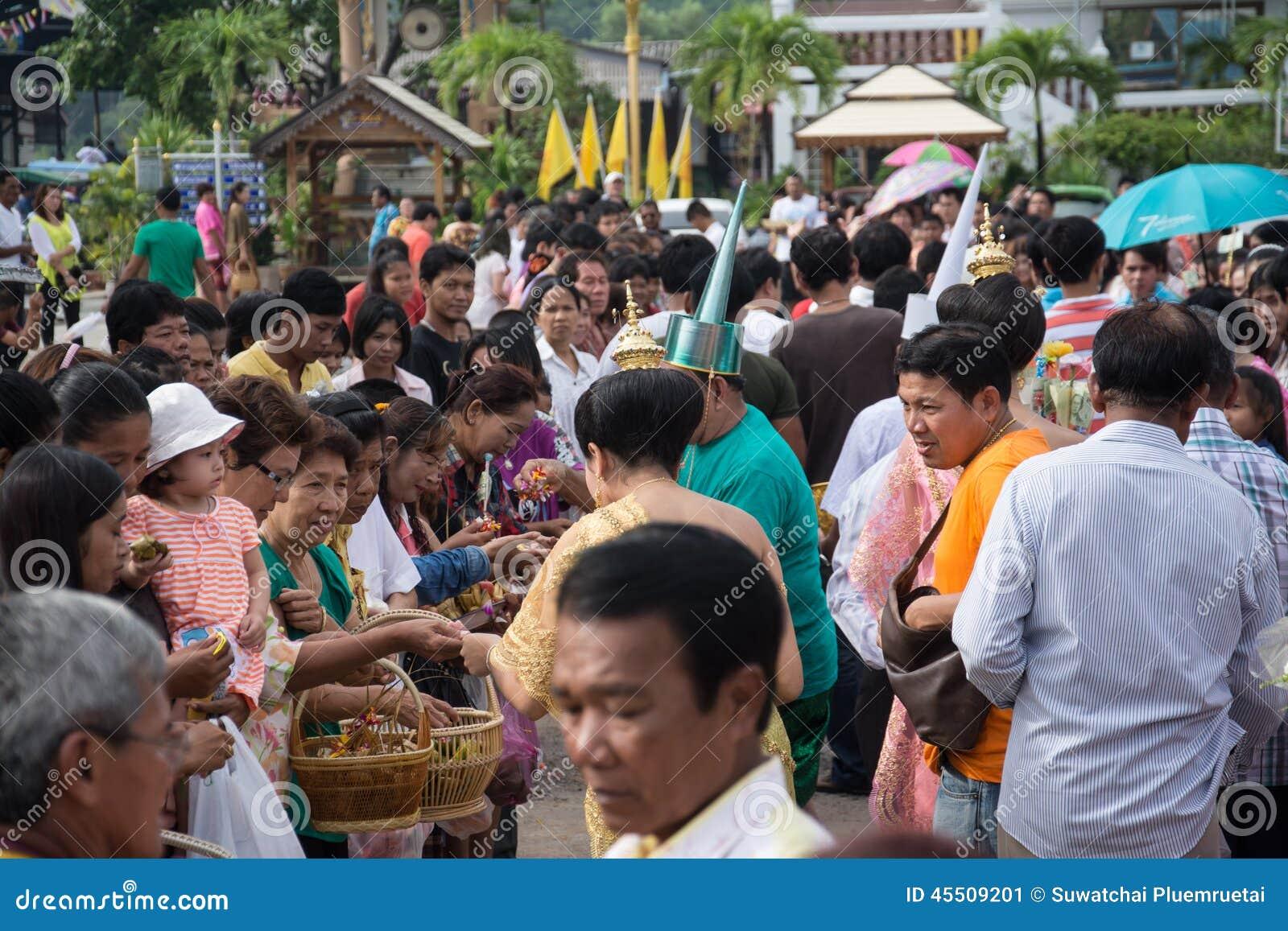 Samutprakarn TAJLANDIA, OCT, - 09: Mnichom buddyjskim dają karmowej ofiarze od ludzi dla końcówki buddysta Pożyczający dzień na P