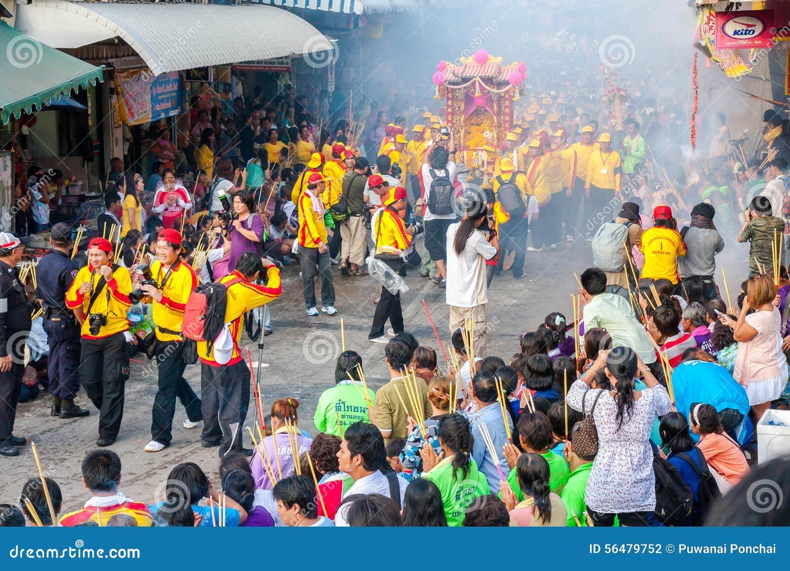 SAMUTSAKHON, THAÏLANDE : 31 MAI : Dragon d or et lion faisant r