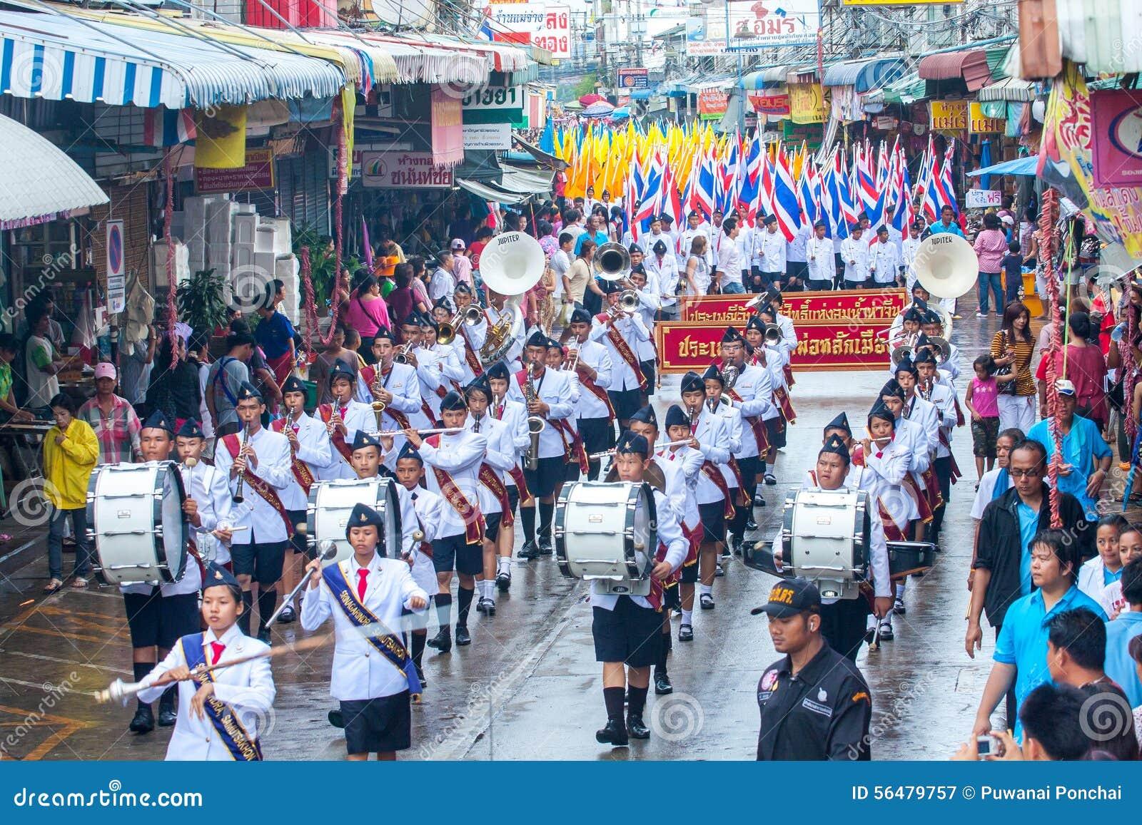 SAMUTSAKHON, THAÏLANDE : 31 MAI : Une bande d étudiant dans Samutsakhon