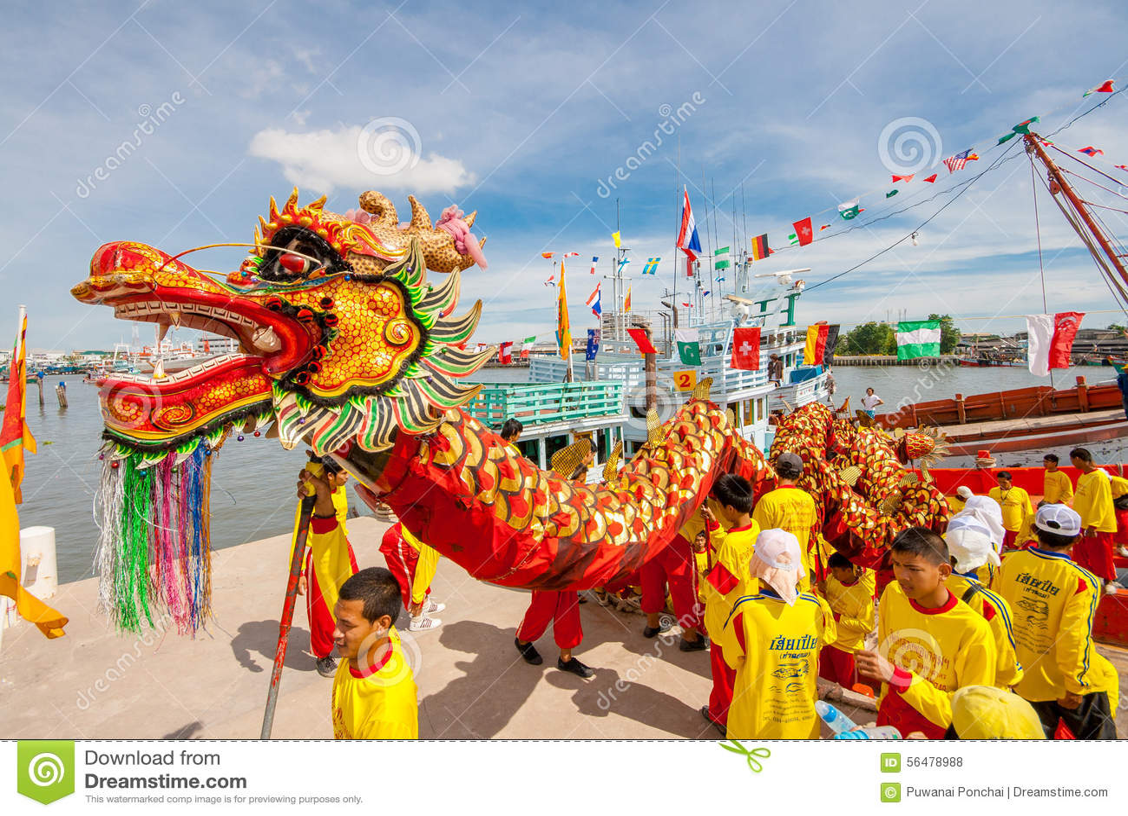 SAMUTSAKHON-THAILAND, LE 11 MAI 2008 : Dragon d or et faire de lion
