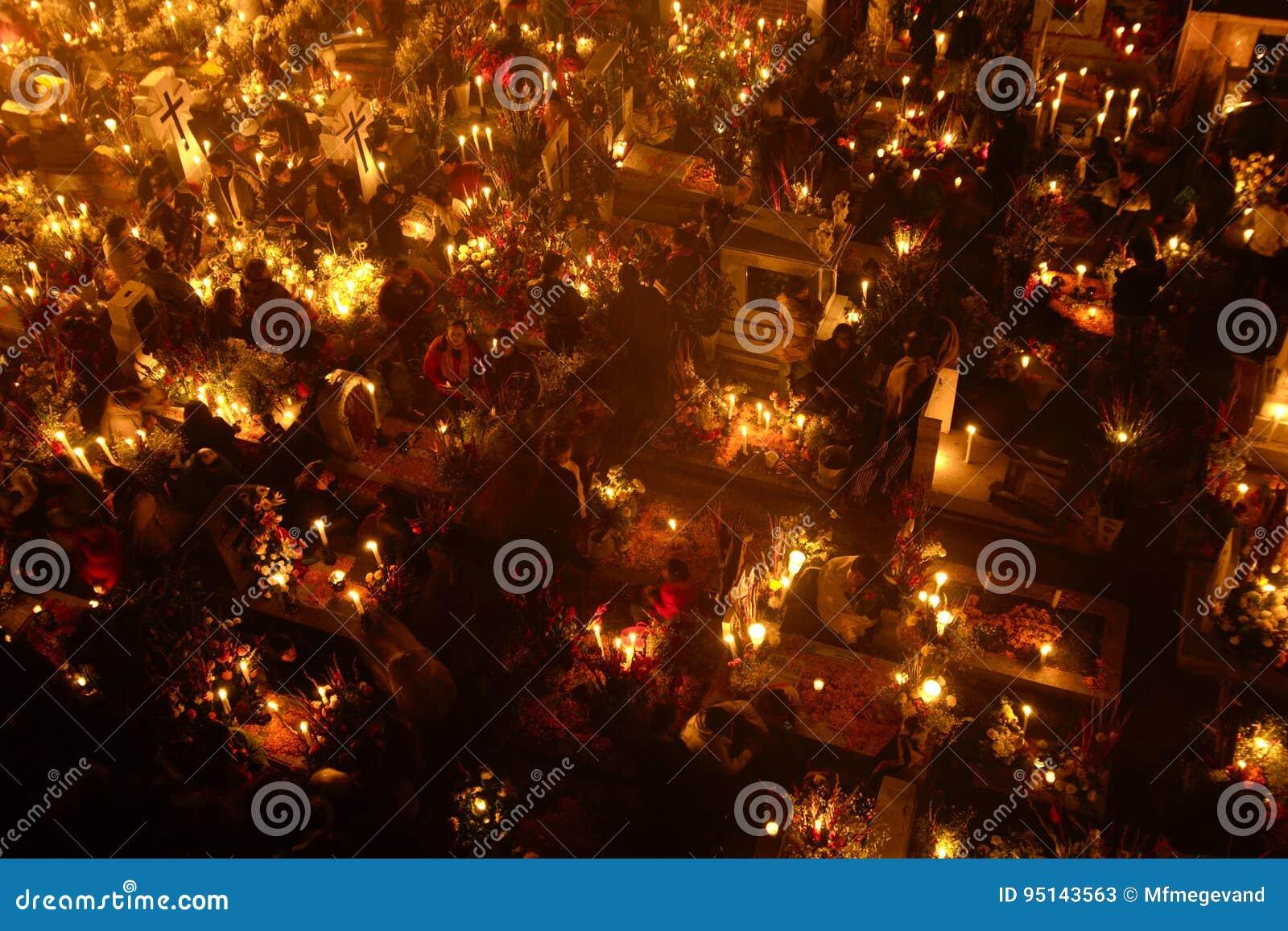 SAN ANDRÃ ‰ S MIXQUIC, MEXICO - NOVEMBER 2012: Jaarlijkse die herdenking als `-La Alumbrada ` in de loop van de dag van de doden