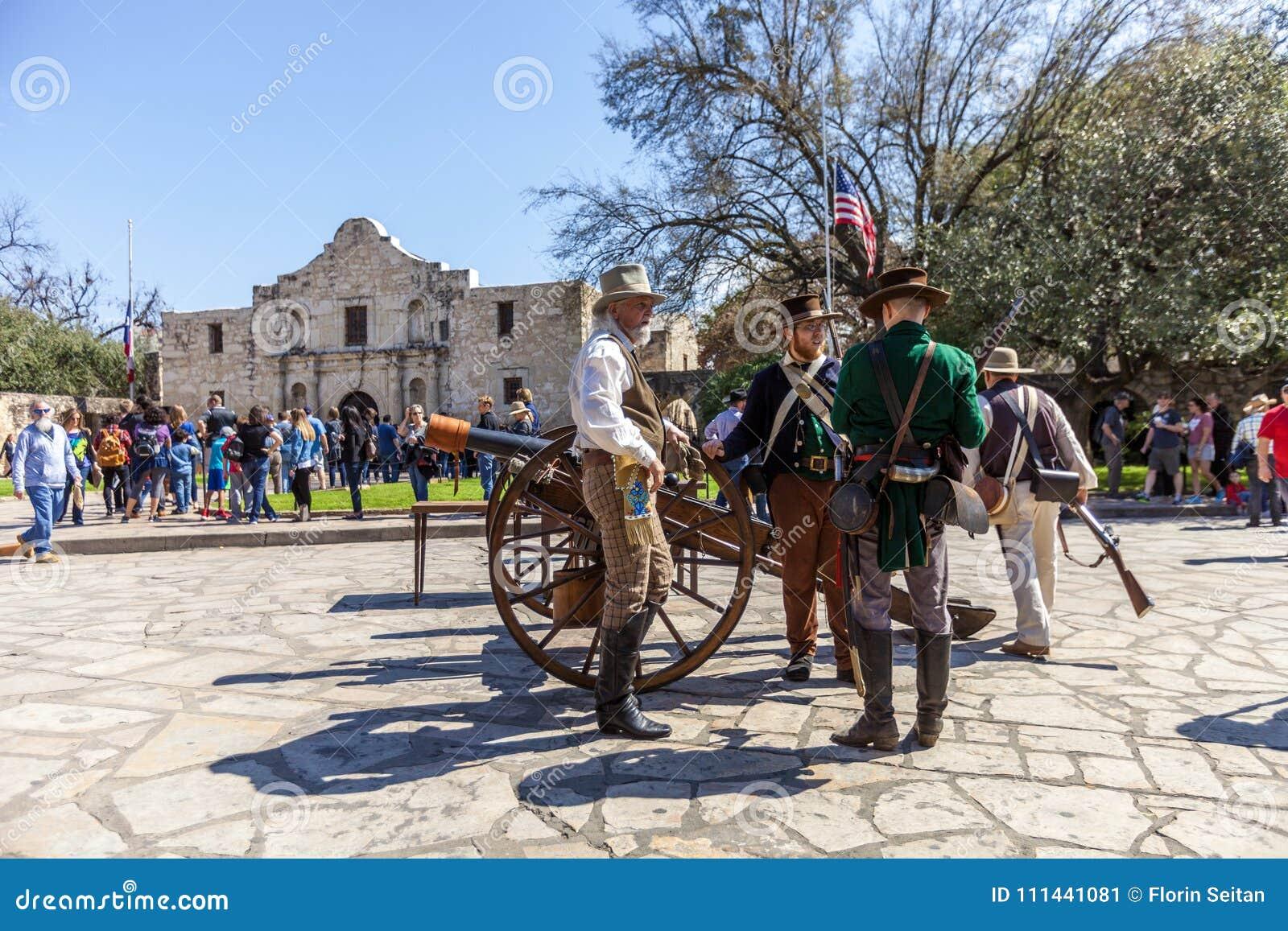 SAN ANTONIO, le TEXAS - 2 mars 2018 - des hommes habillés en tant que soldats du 19ème siècle participent à la reconstitution de