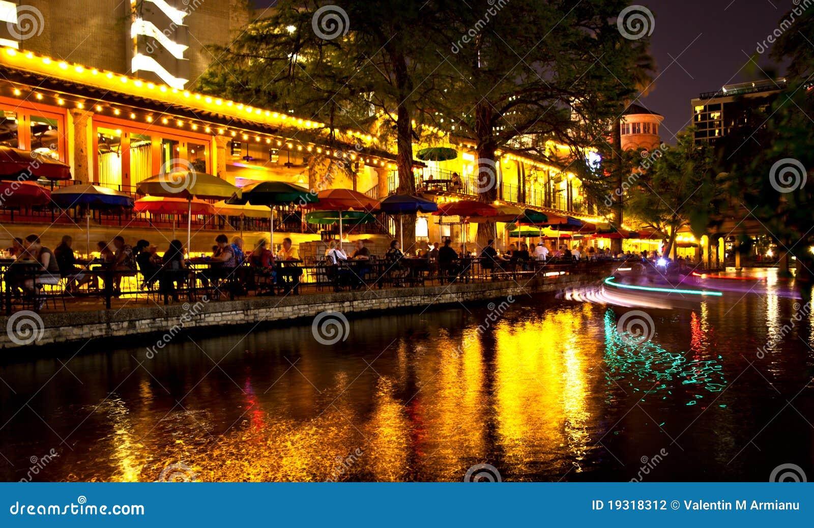 San Antonio Riverwalk en la noche